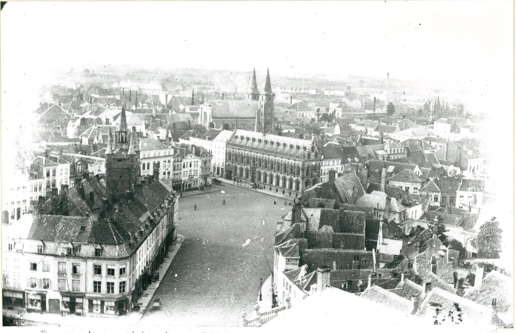 Grote Markt met Belfort met aangebouwde huizen en Stadhuis