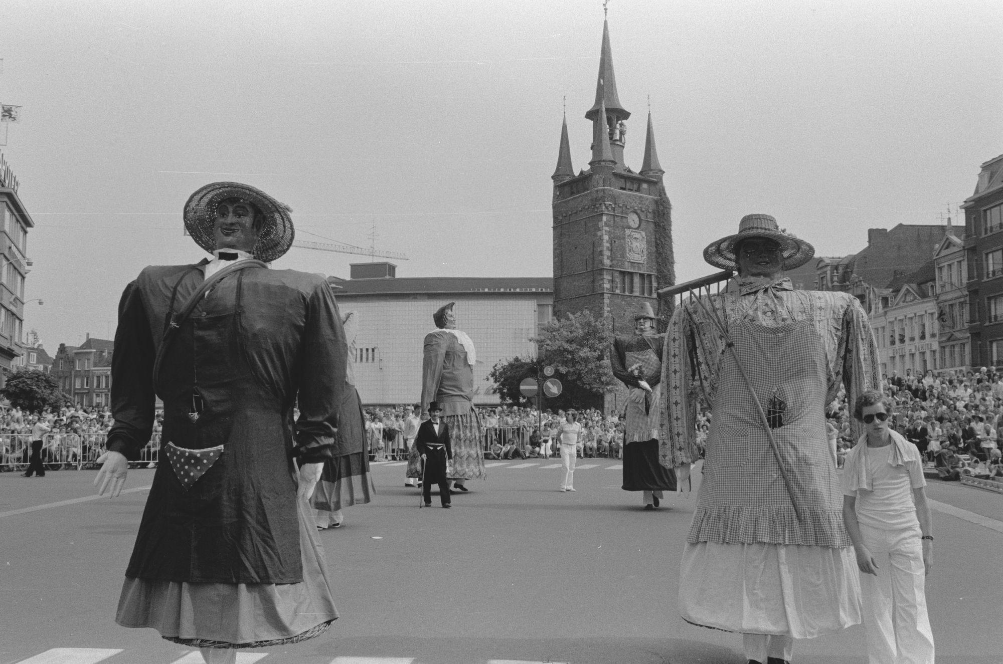 Reuzen in de historische optocht tijdens de 11 juliviering 1982