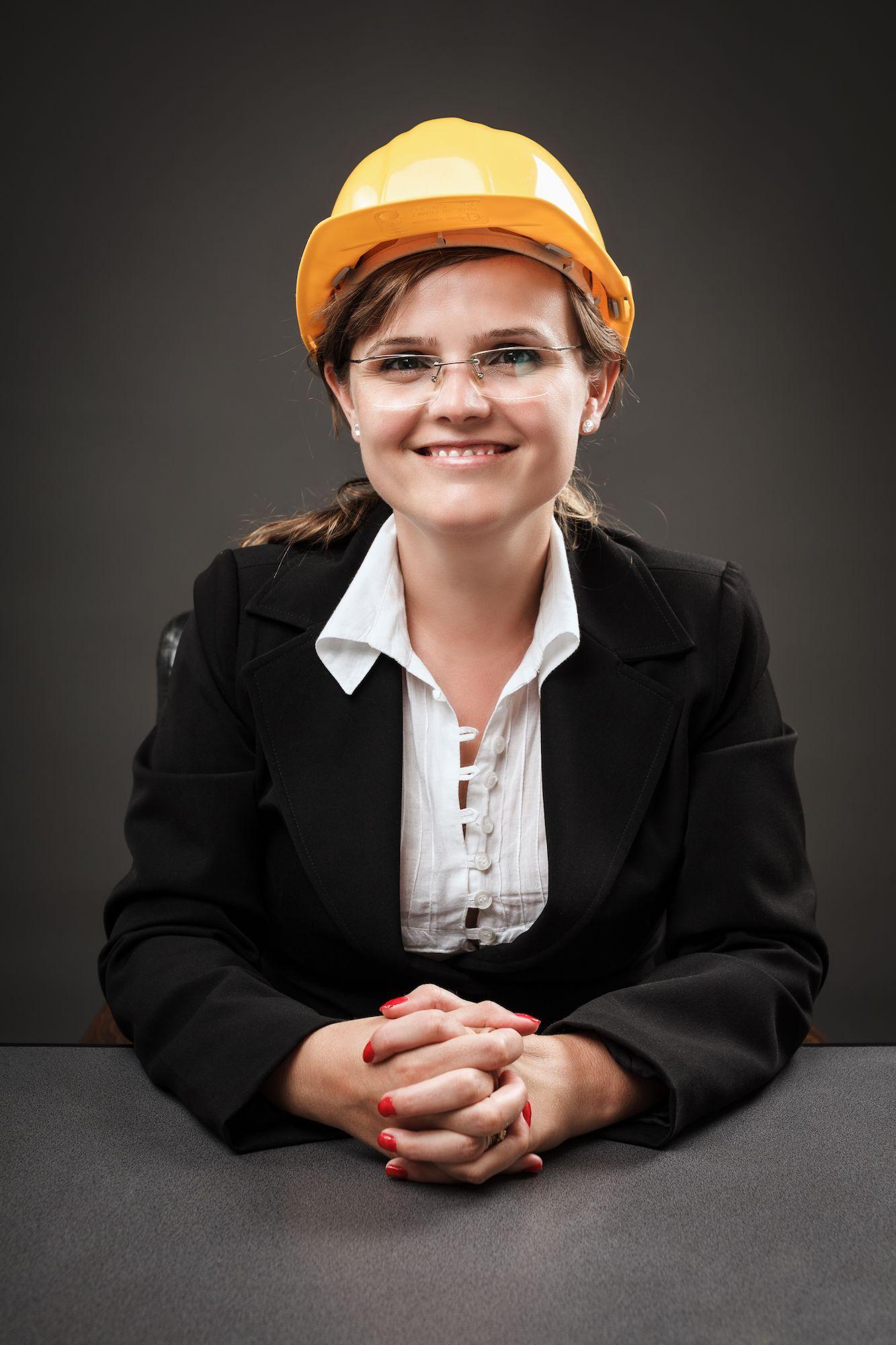 Vrouw met bouwhelm