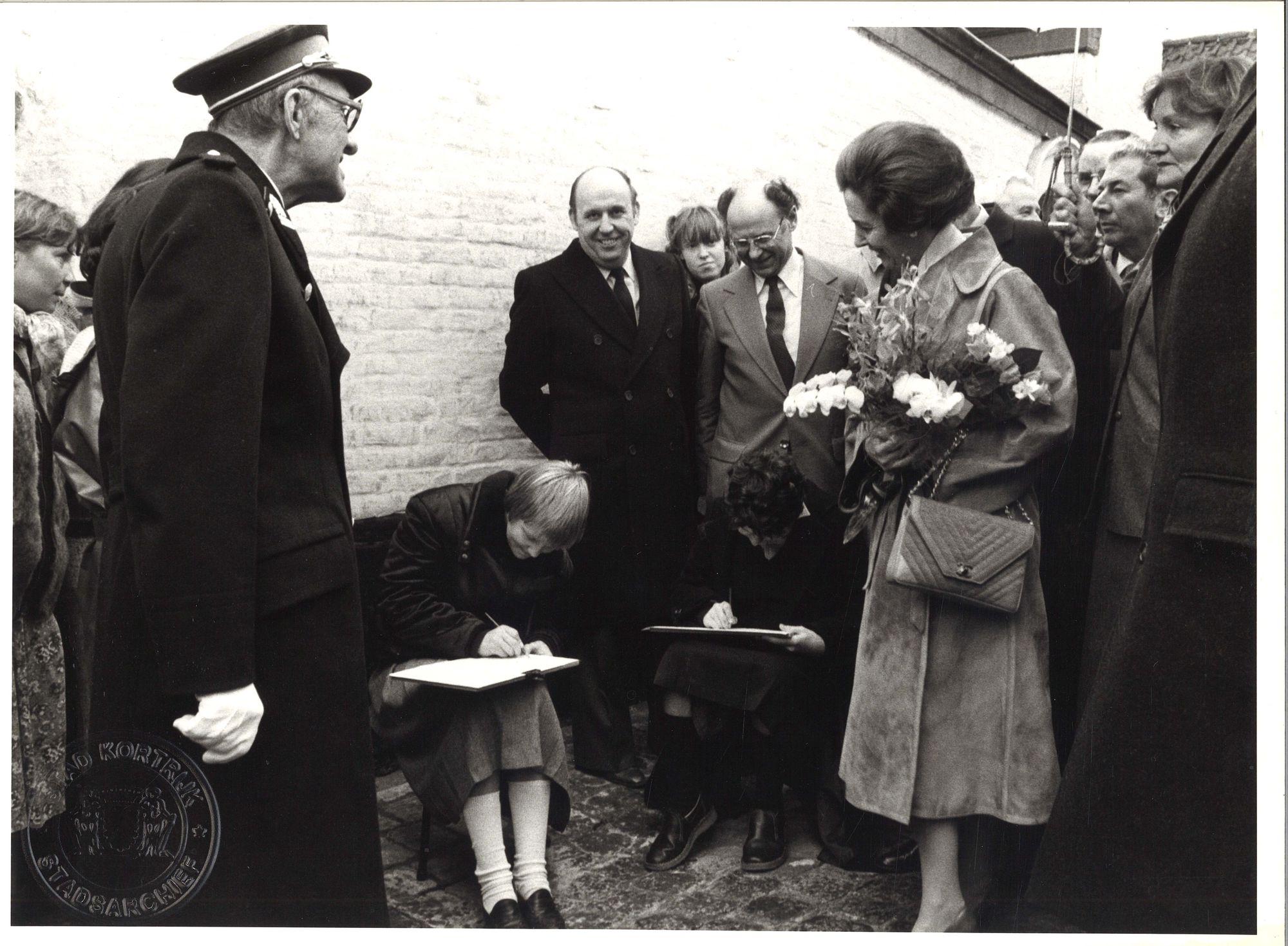 Koningin Fabiola bezoekt begijnhof van Kortrijk 1980