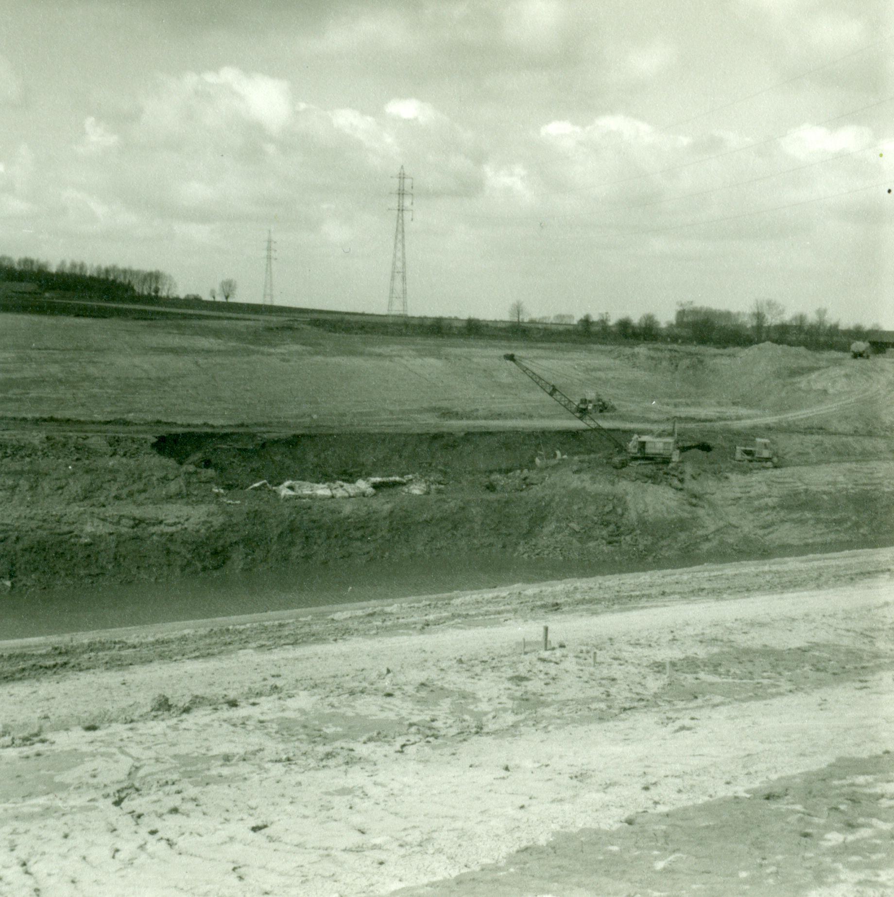 Graafwerken aan de heuvel en afbraak van de tunnel op het kanaal Bossuit-Kortrijk in Moen 1970-1973