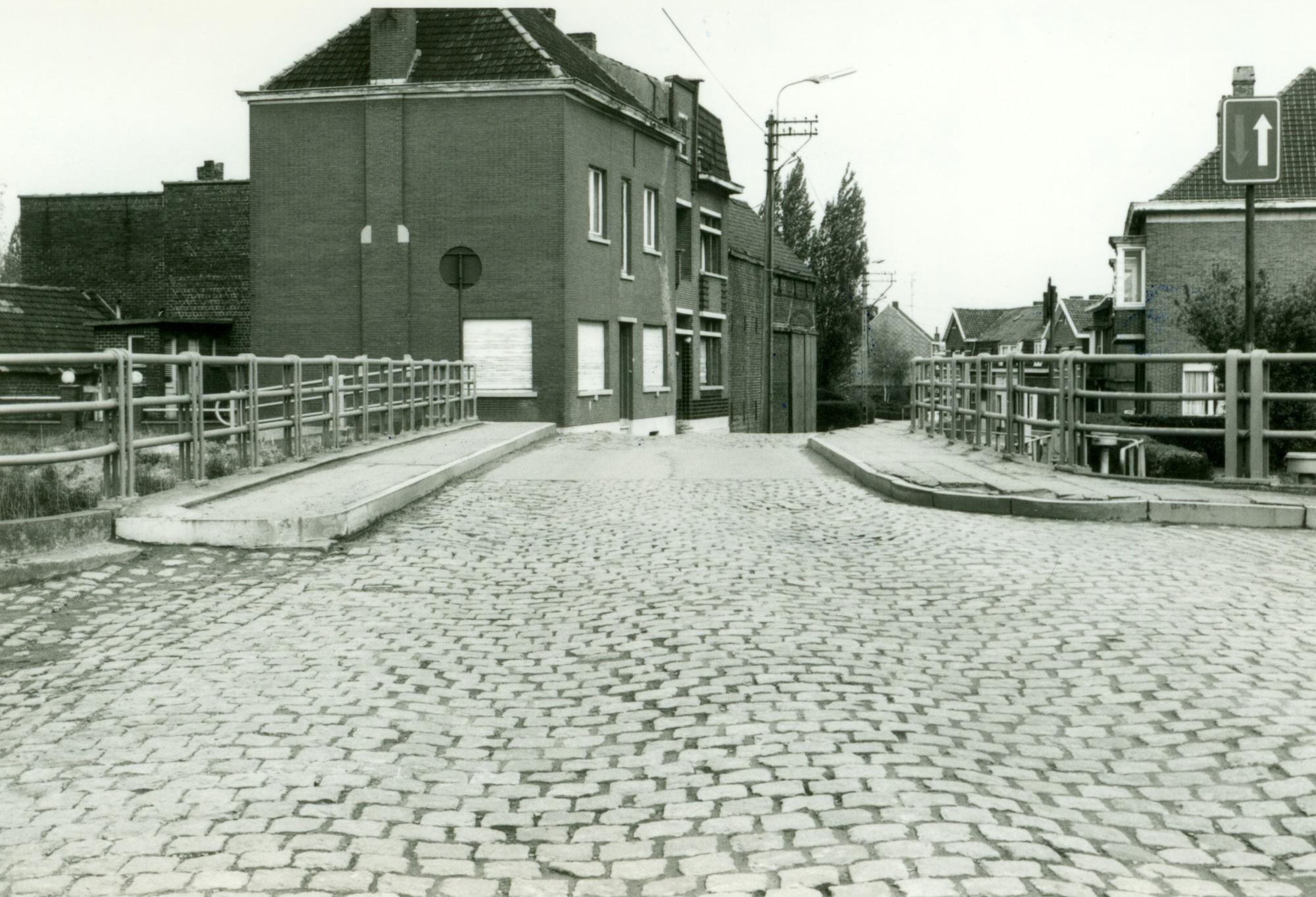 Brug over de sluis Nr. 7 op het Kanaal Bossuit-Kortrijk te Zwevegem 1981