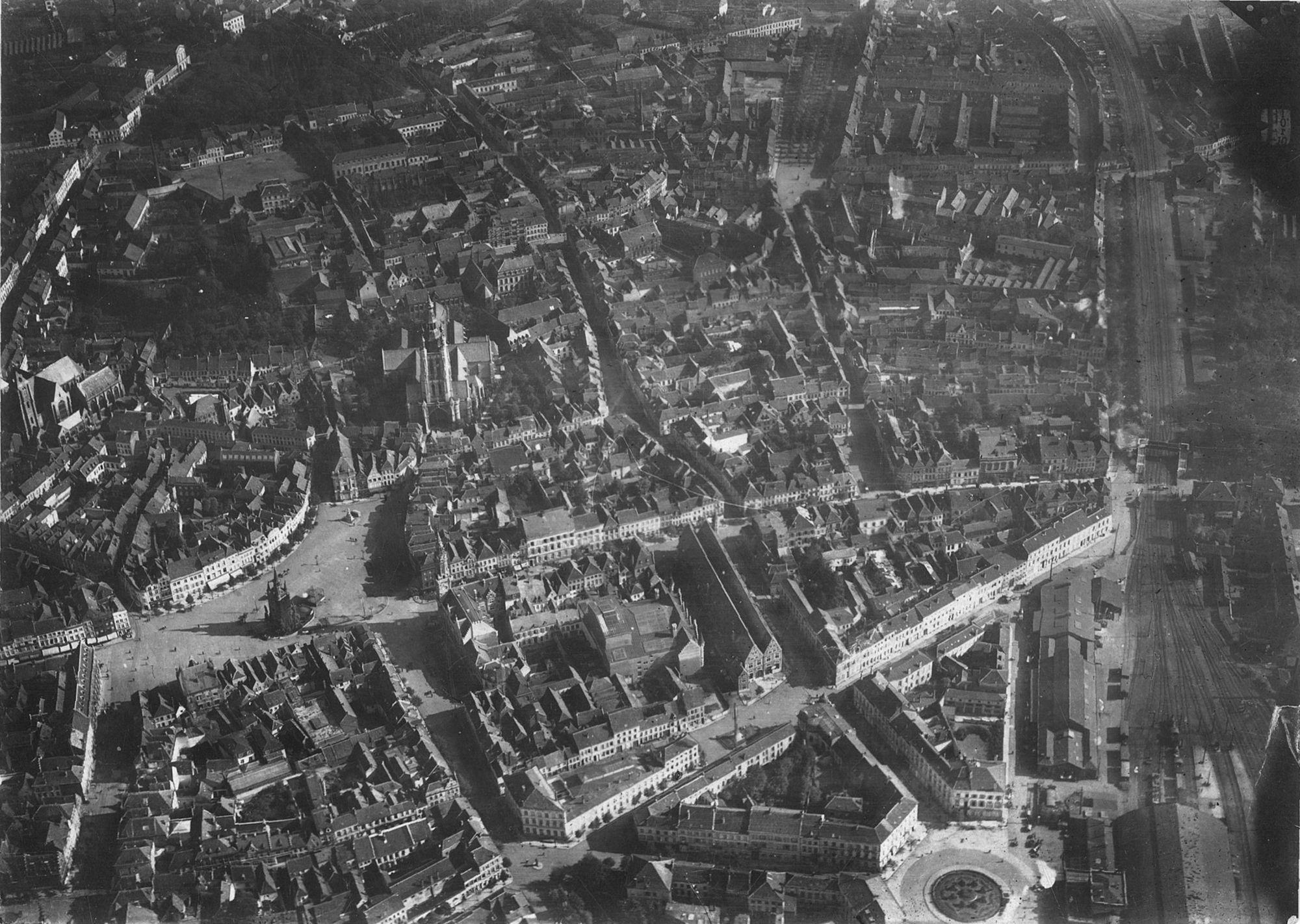 Luchtfoto over centrum van Kortrijk