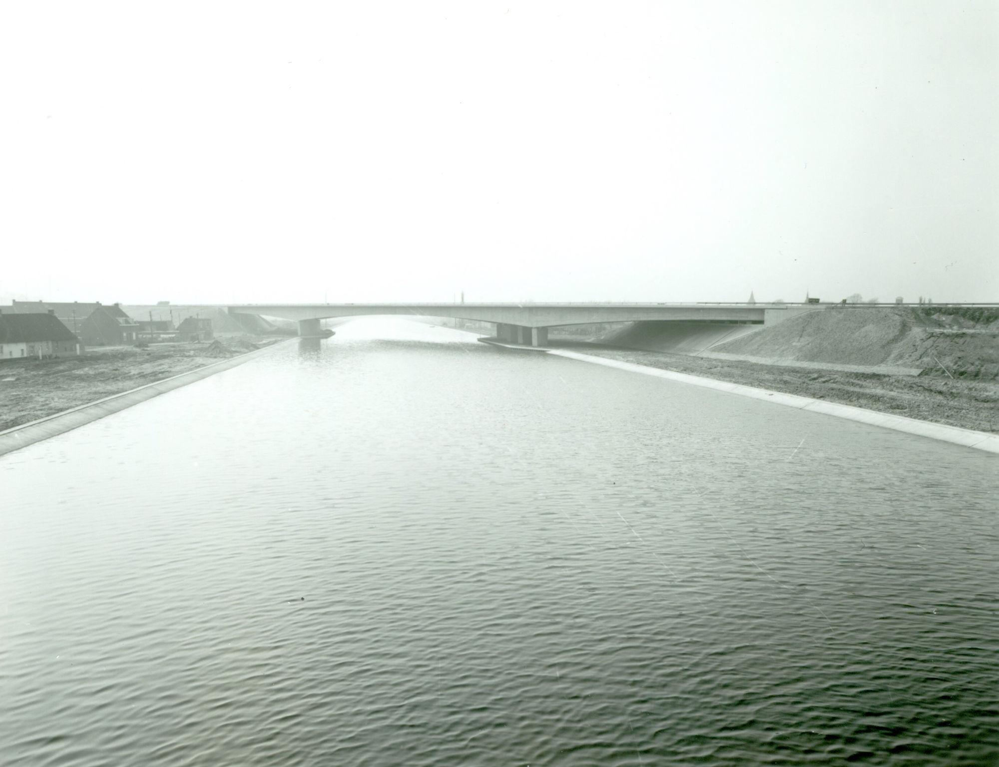 Brug van de snelweg E17 over het kanaal Bossuit-Kortrijk te Harelbeke 1975