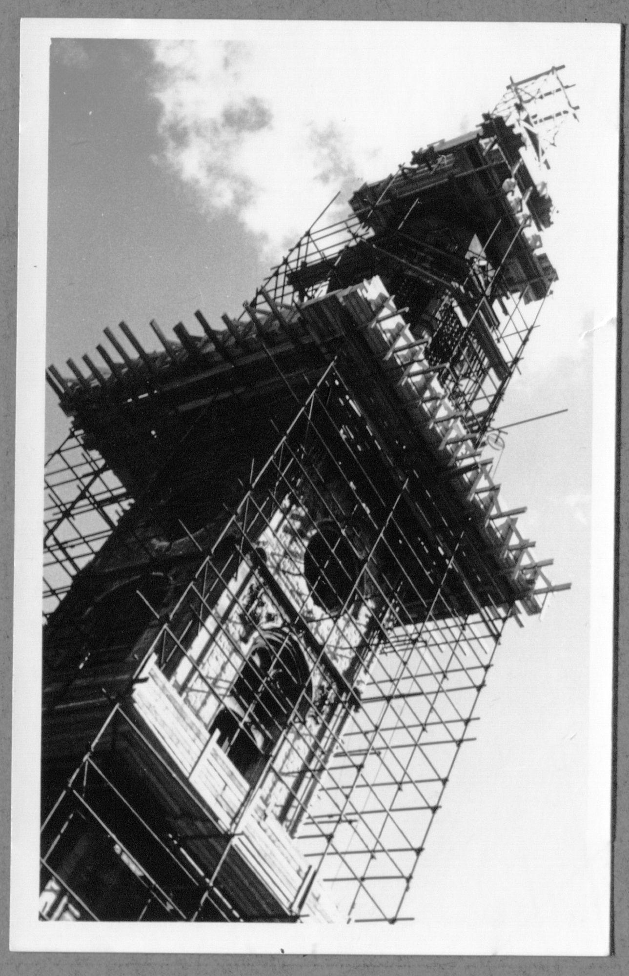 Stellingen rond toren postgebouw