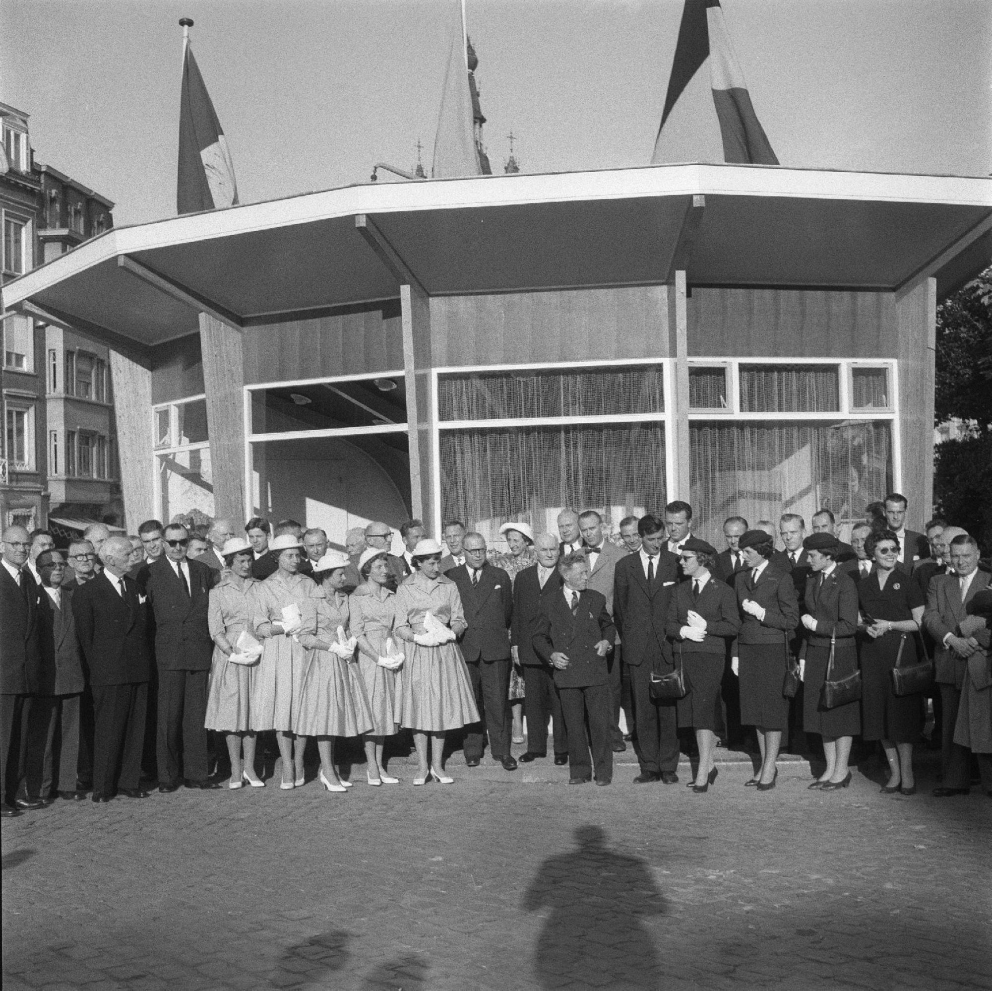 Opening van het paviljoen voor toerisme op de Grote Markt