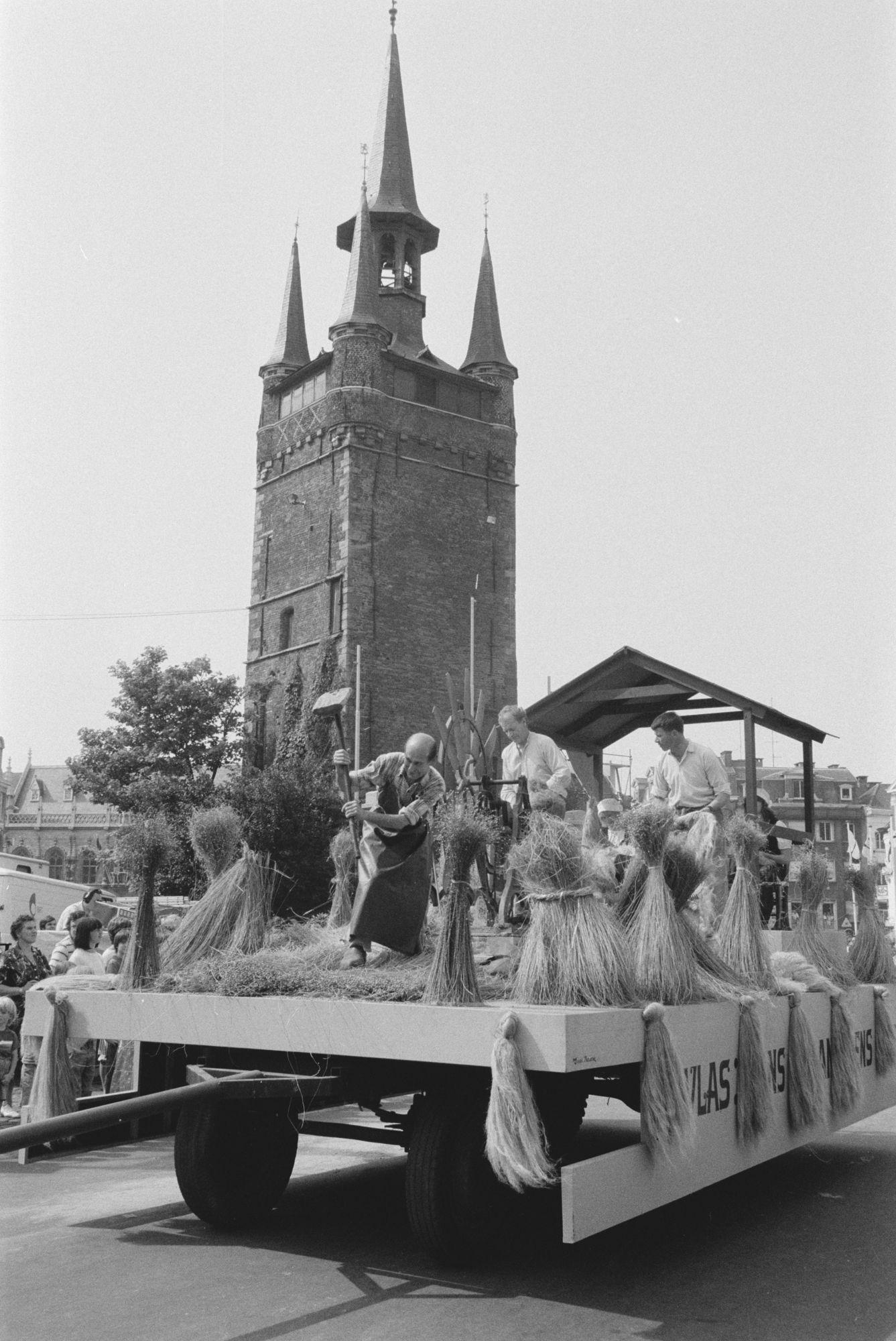 Praalwagen met vlas in de historische stoet tijdens de 11 juliviering 1982