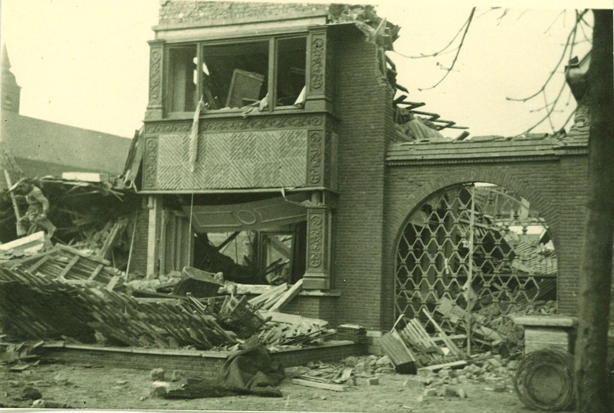 Puinen van het huis van bloemist Van Helleput naast de Sint-Jozefkerk na de bombardementen in 1944.