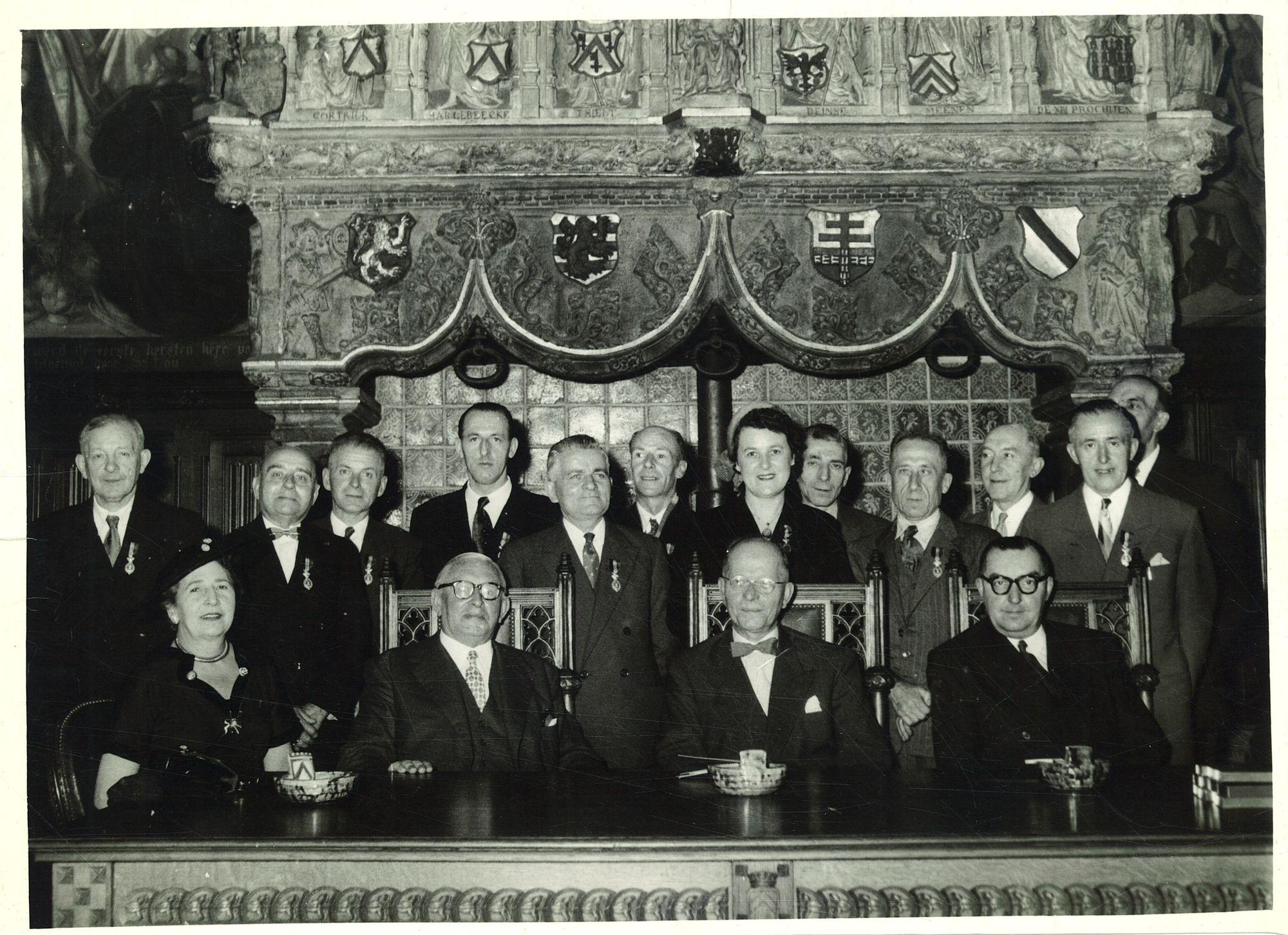Groepsfoto met Jules Coussens in de historische schepenzaal