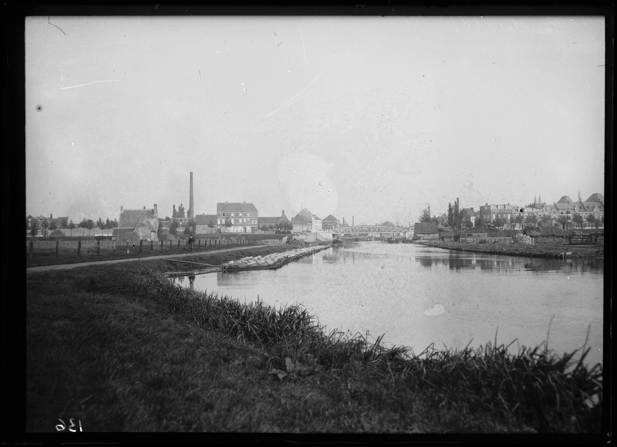 Roten van Vlas in de Leie met zicht op de Noordbrug, 1905