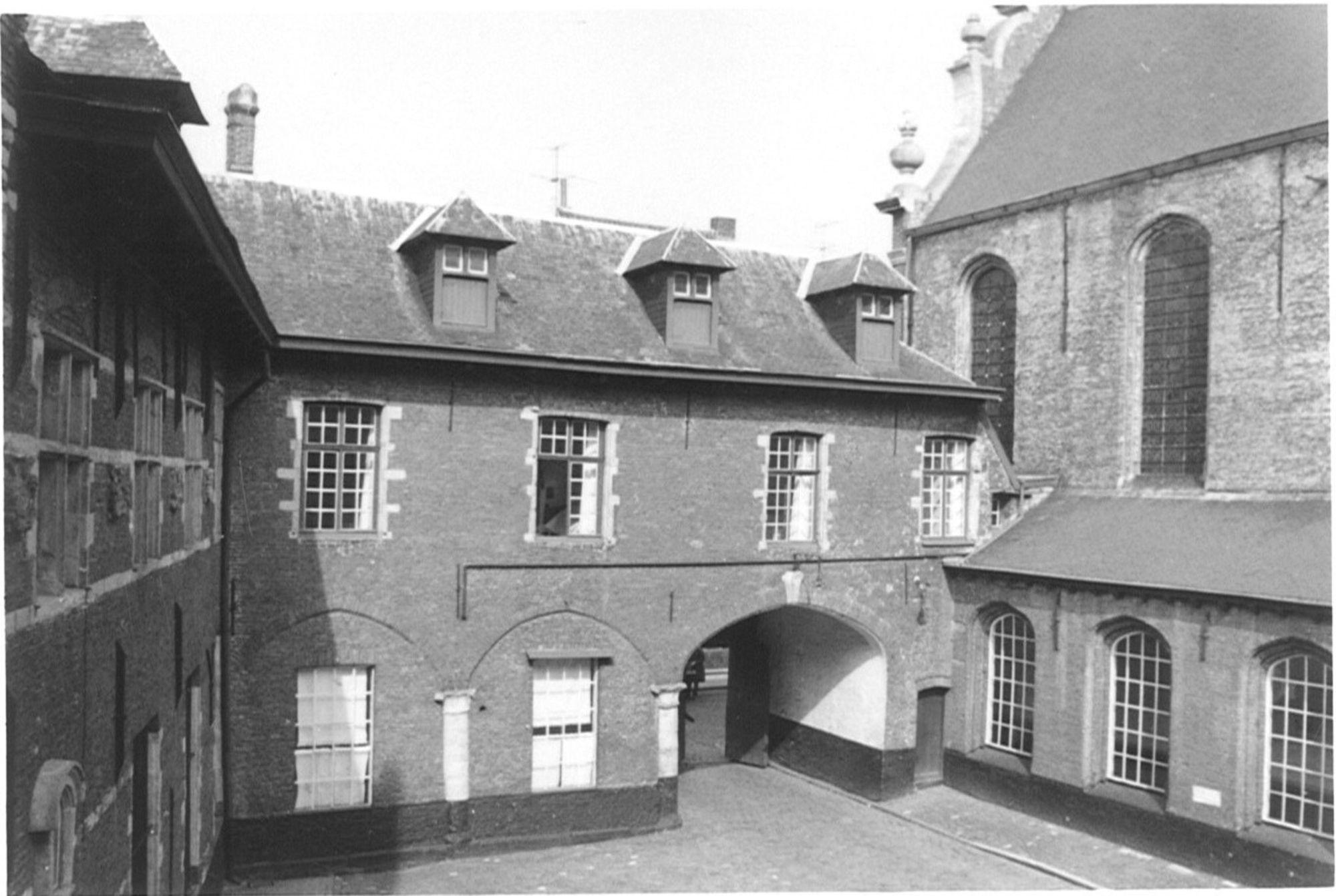Binnenplein klooster Onze-Lieve-Vrouwehospitaal