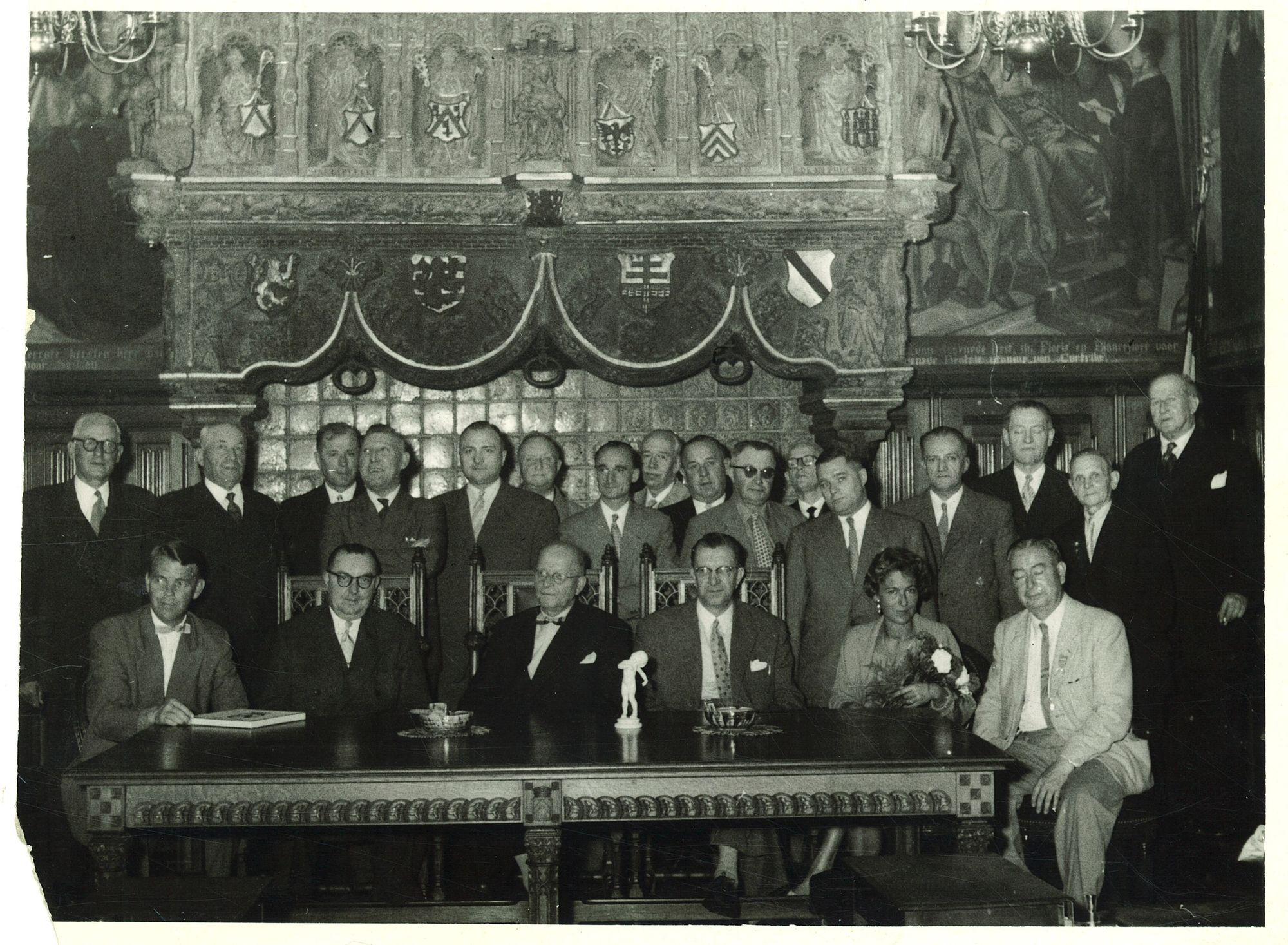 Groepsfoto met  burgemeester Coussens in de historische schepenzaal