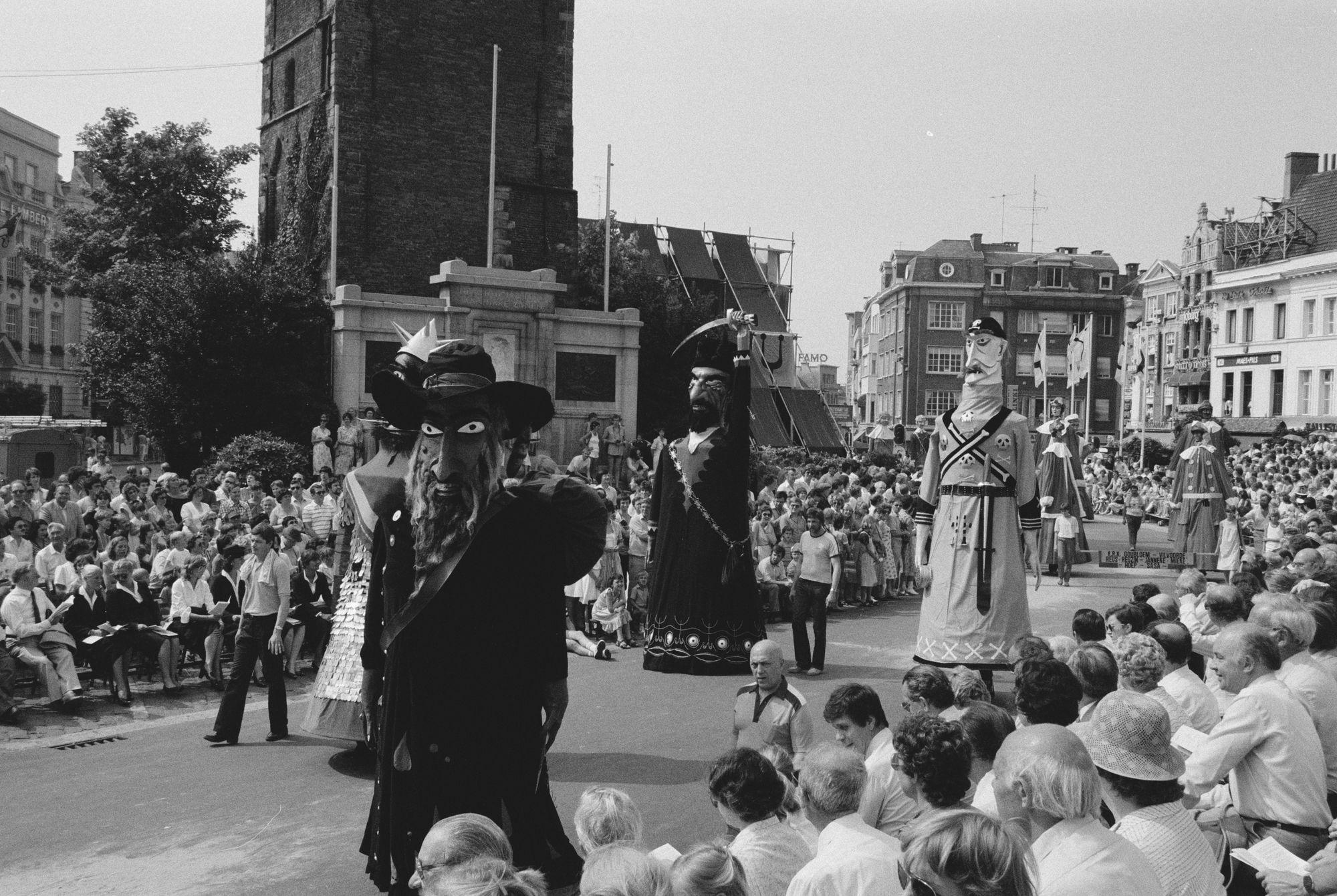 Reuzen in de historische stoet tijdens de 11 juliviering 1982