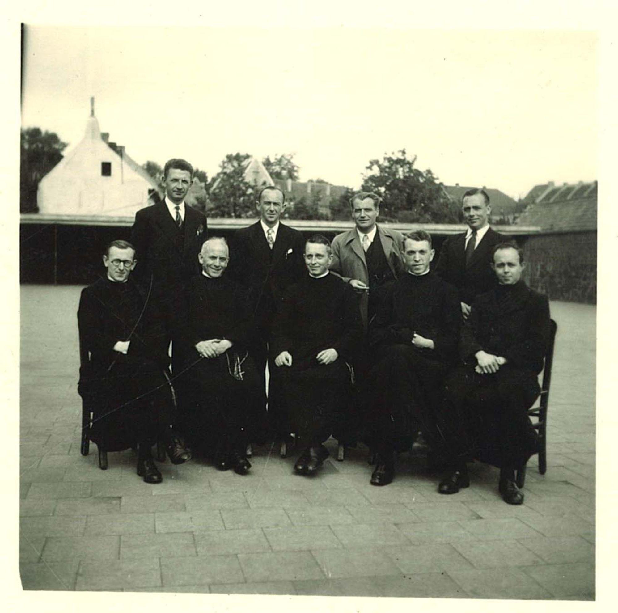 Groepsfoto van de broeders Overleie op de speelplaats