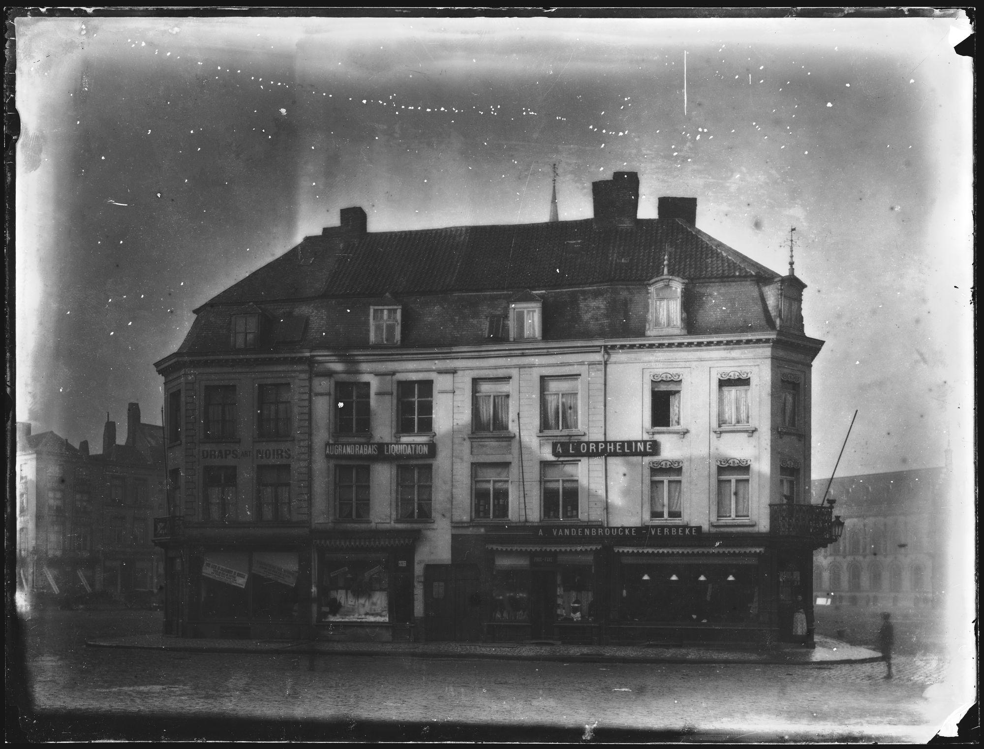 Huizen rond het belfort op Grote Markt voor 1899