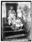 Westflandrica - Mevrouw Romain Gezelle met haar kinderen