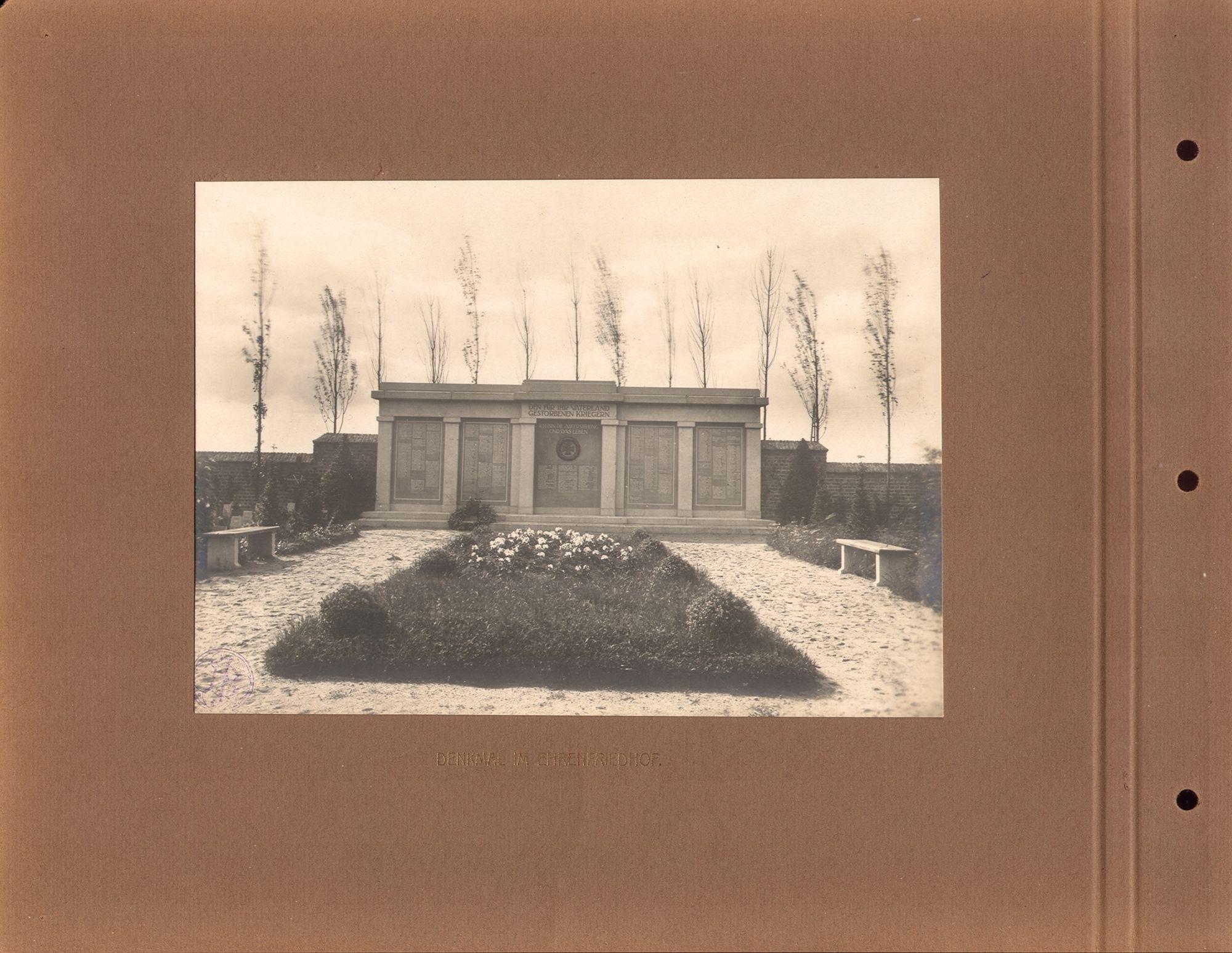 De gedenksteen ter nagedachtenis van de Duitse soldaten die begraven werden in Kortrijk, onthuld op 5 december 1915 gedurende de Eerste Wereldoorlog