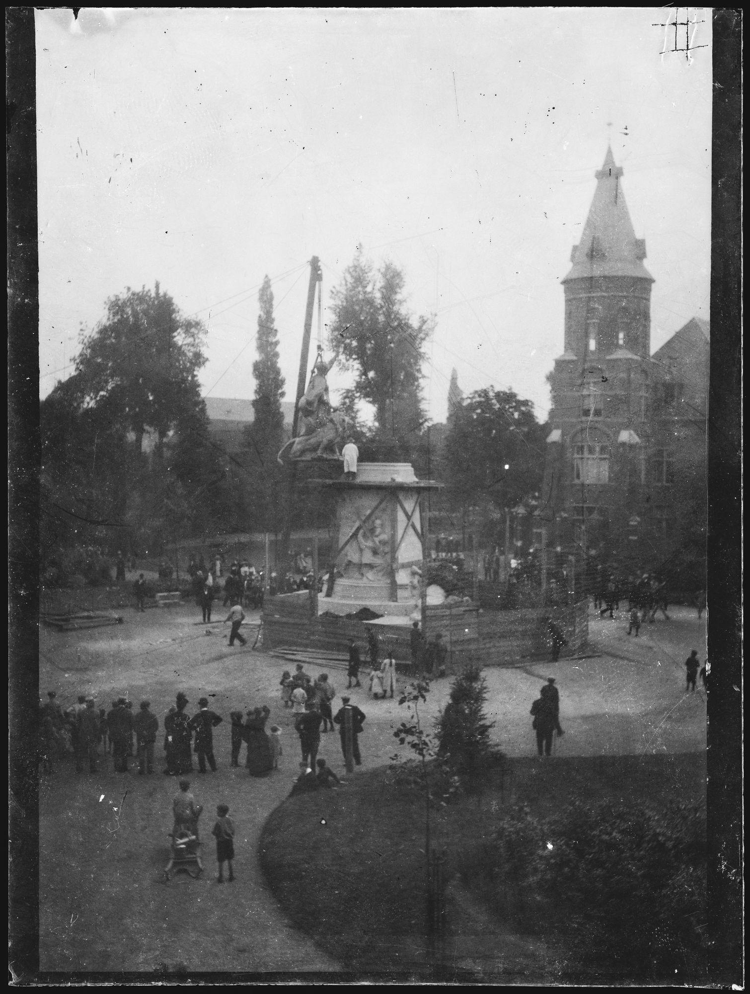 Oprichting Groeningemonument in 1906