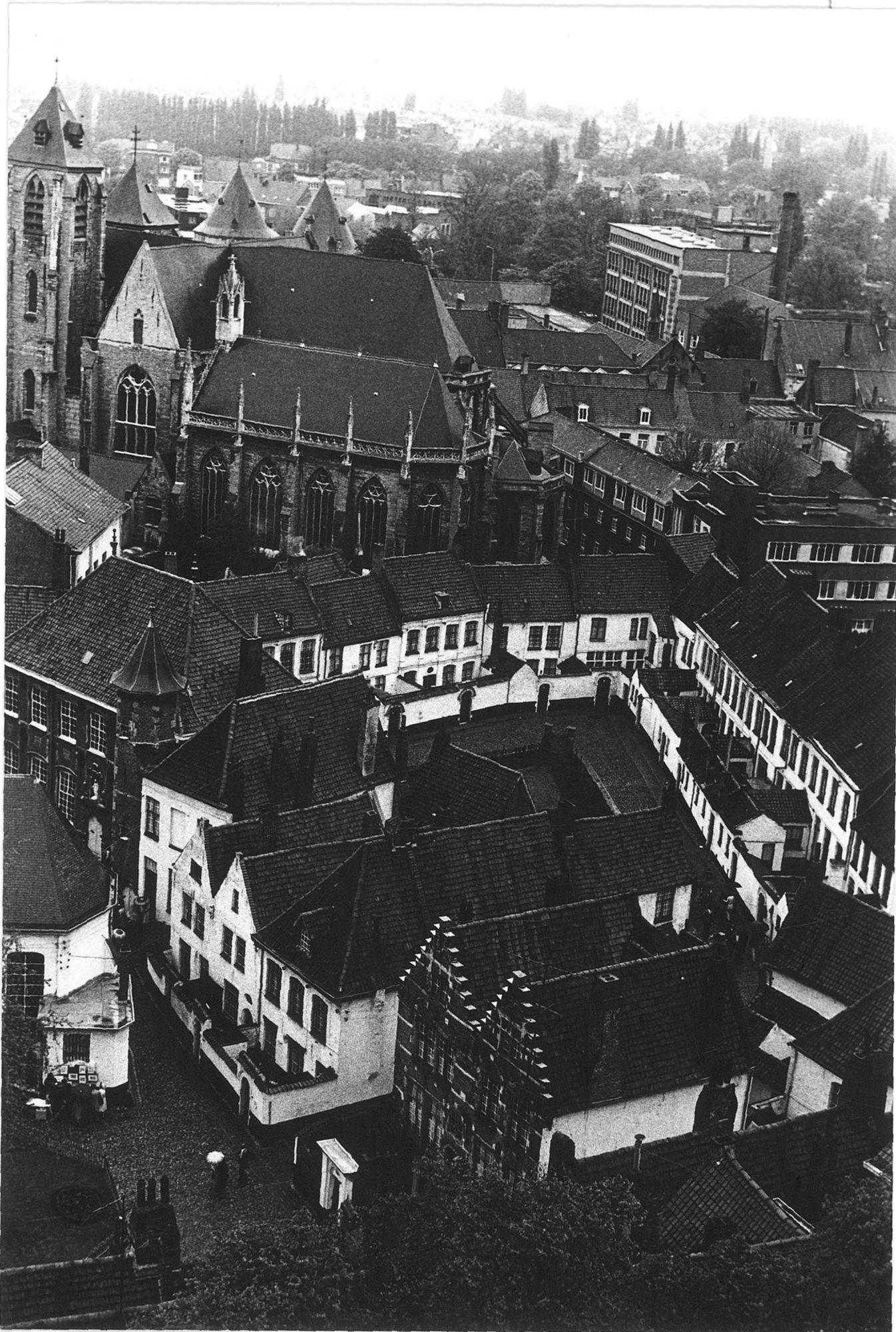 Begijnhof met zicht op de Onze-Lieve-Vrouwekerk