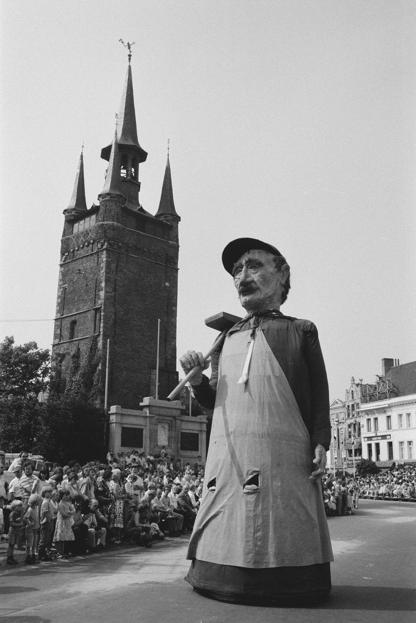 Reuzen in historische stoet tijdens de 11 juliviering 1982