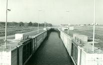 Nieuwe sluis met stuurhuis op het kanaal Bossuit-Kortrijk te Moen 1980