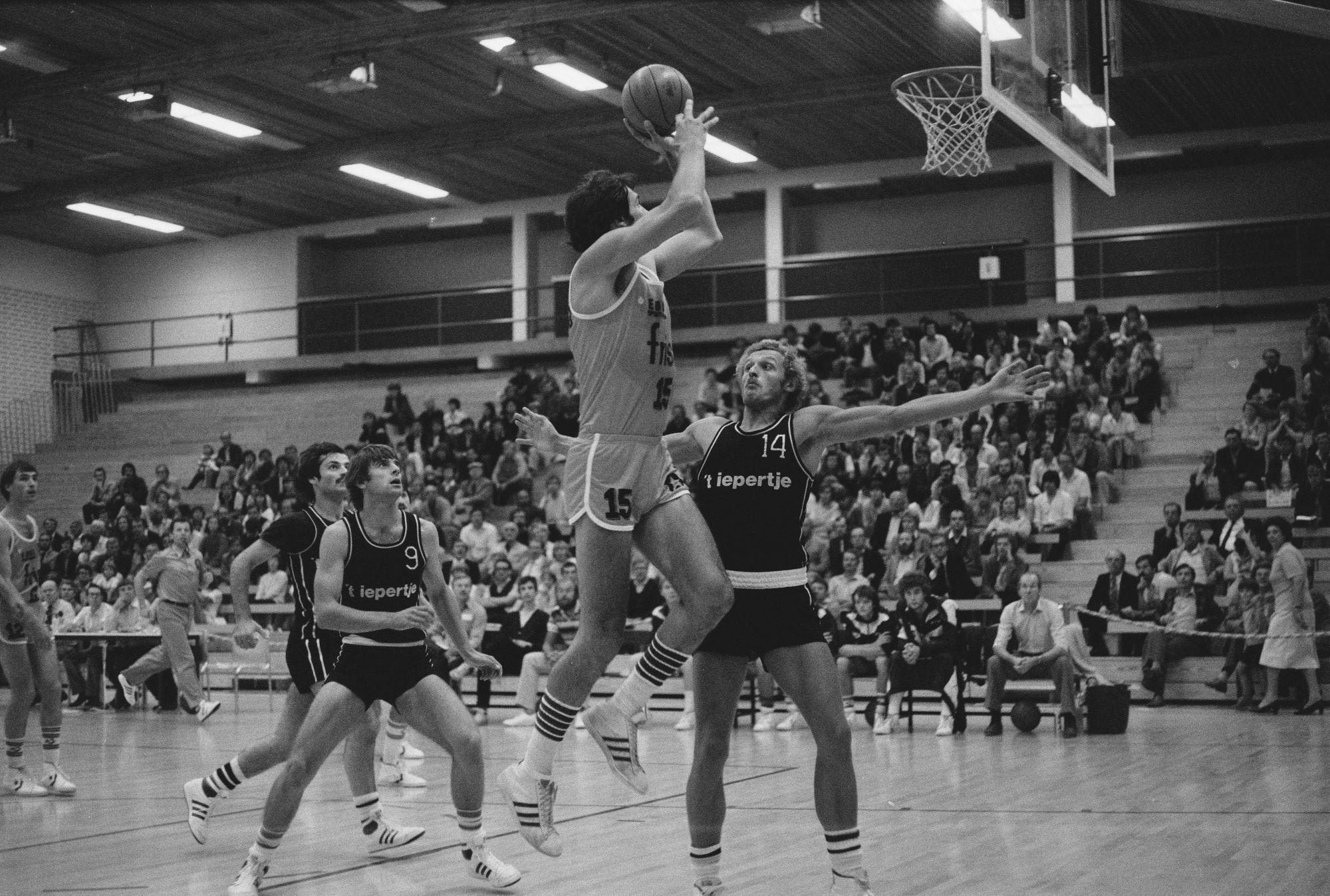 Basketbalmatch tussen FRISA en 't iepertje