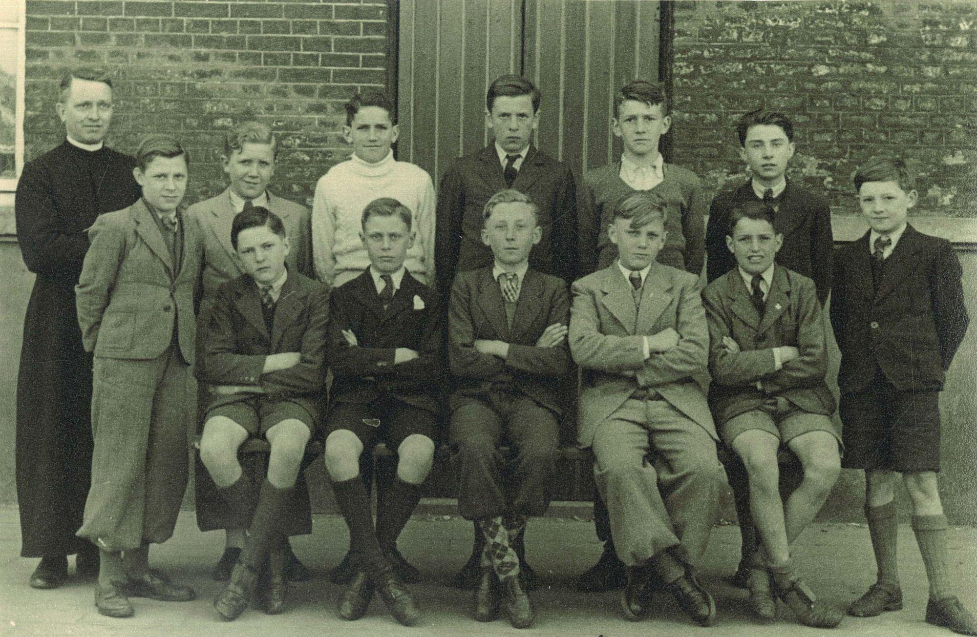 Broederschool Overleie, klasfoto van het 8ste leerjaar in 1947