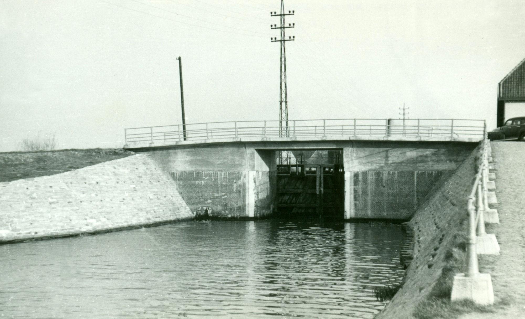 Sluis Nr. 8 met brug op het Kanaal Bossuit-Kortrijk te Zwevegem 1950
