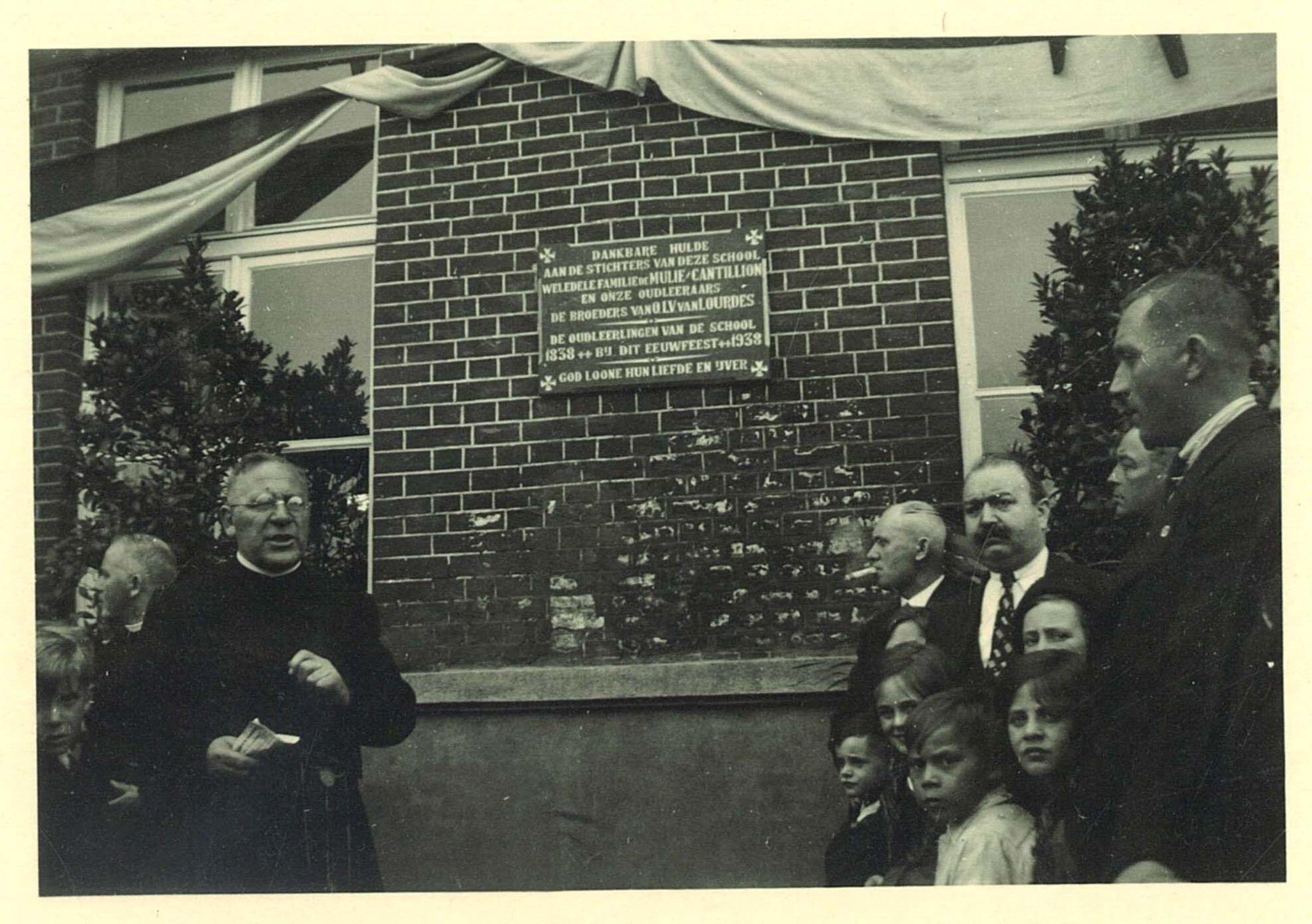 Inhuldigen gedenksteen eeuwfeest Broederschool Overleie
