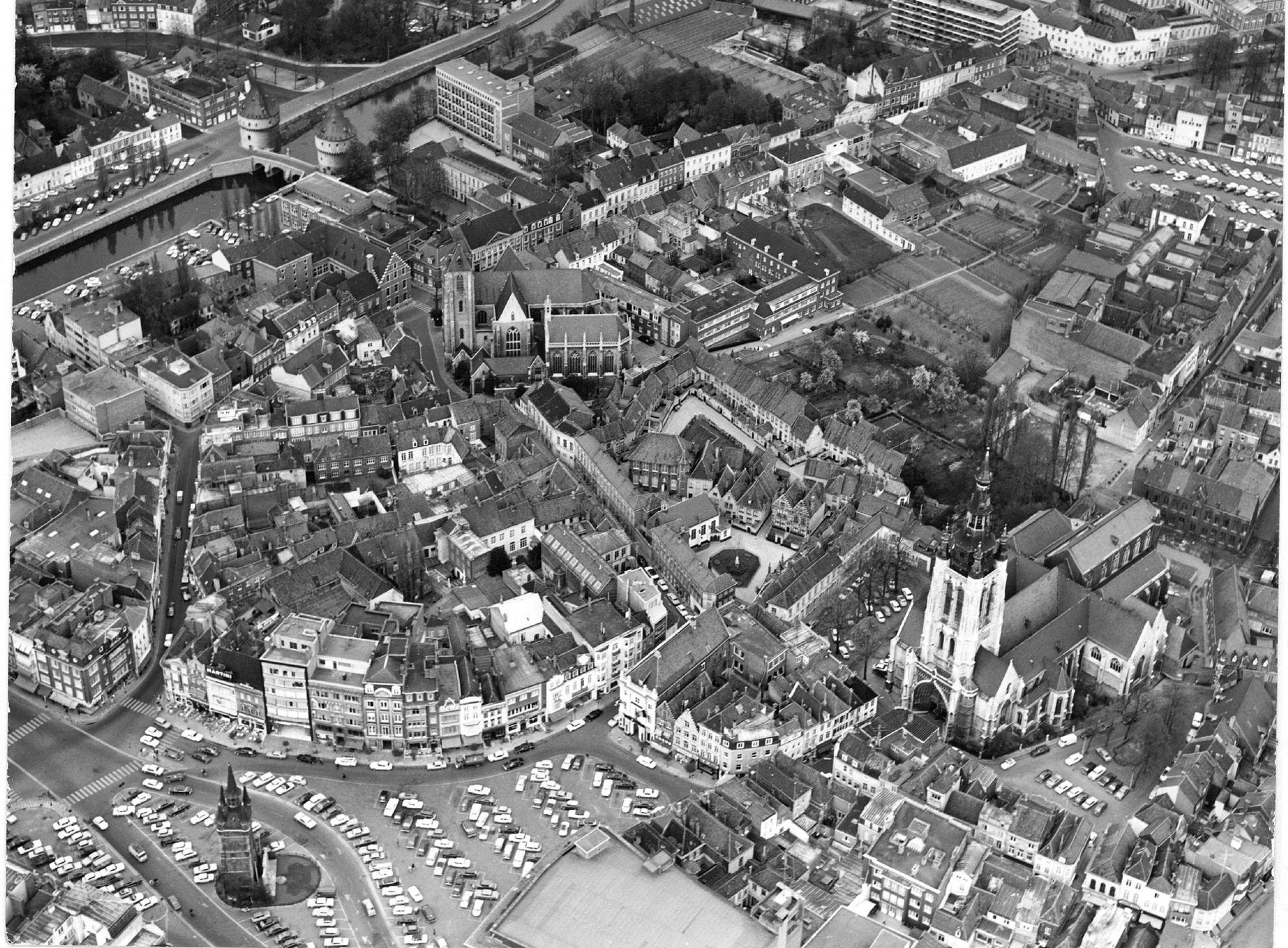 Luchtfoto van het centrum van Kortrijk in het jaar 1970