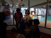 Sint bezoekt zwembaden
