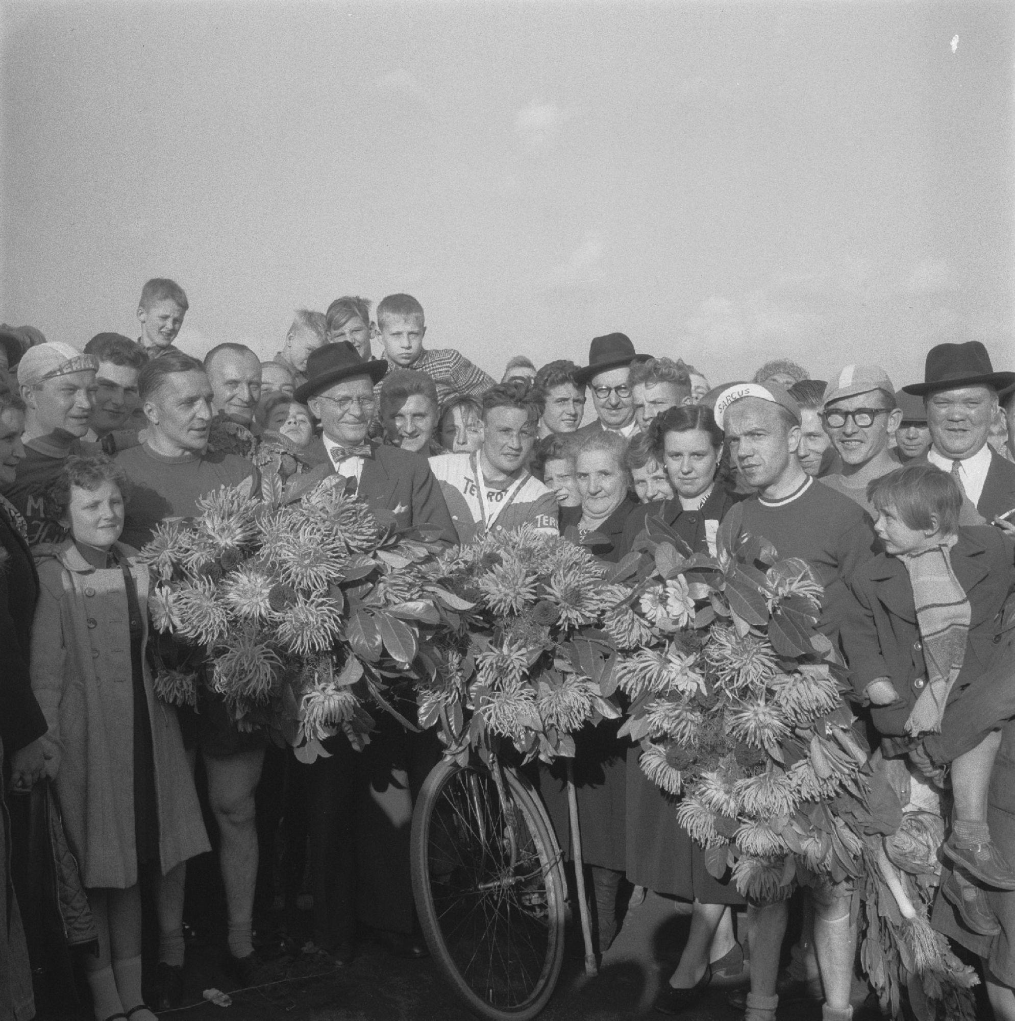 Wielerwedstrijd op de Hippodroom anno 1955