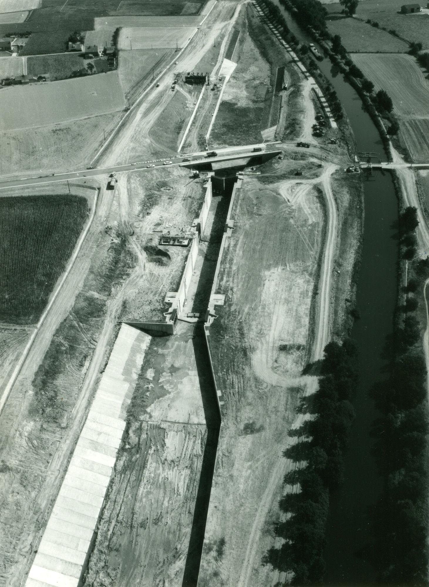 Nieuwe sluis op kanaal Bossuit-Kortrijk te Moen 1976