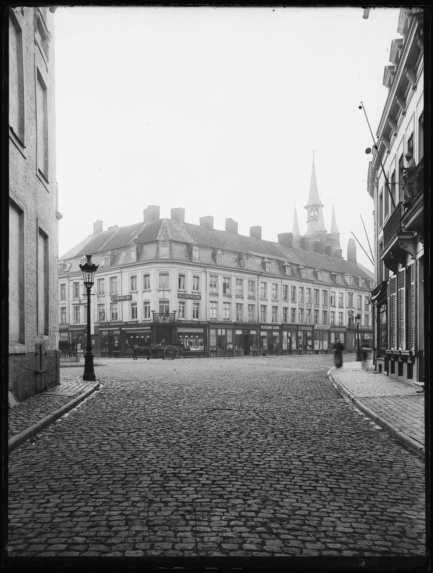 Grote Markt met huizen rond het belfort voor 1899