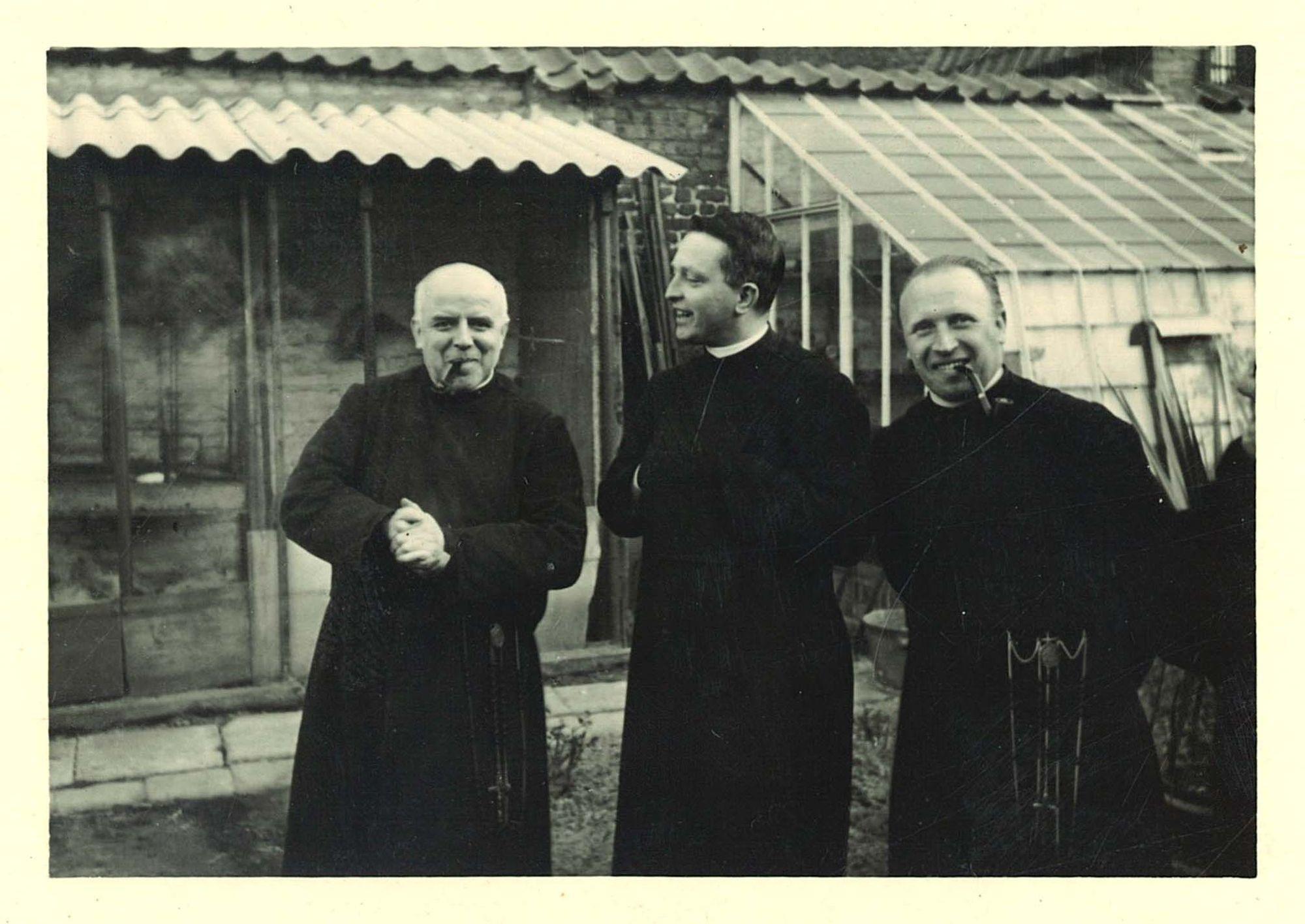 Broeders in de tuin van de Broederschool Overleie