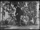 Portret van man op fiets voor gevel