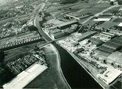 Industrieterrein Kortrijk-Harelbeke langs het Kanaal Bossuit-Kortrijk aan de Luipaardbrug 1976