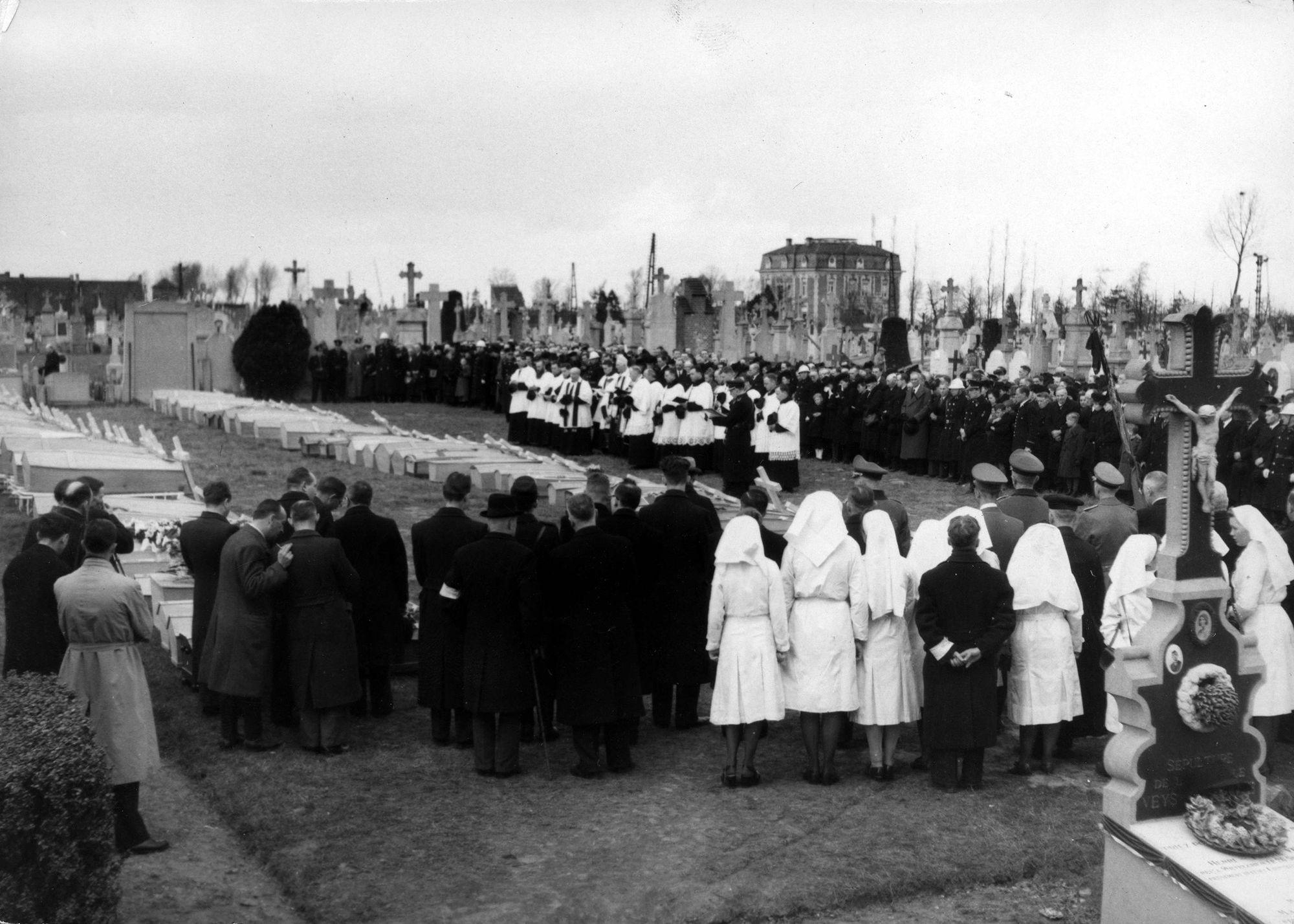 Begrafenis na de bombardementen 26 maart 1944
