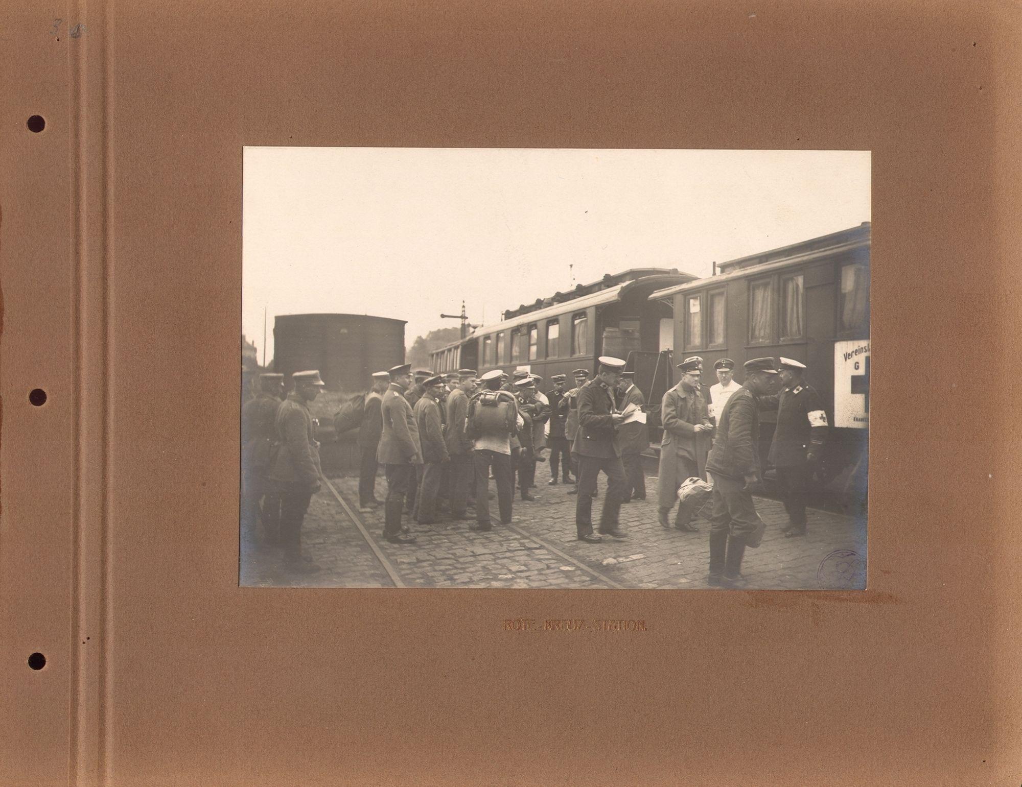 Rode Kruis treinwagons en Duitse militairen in Kortrijk tijdens de Duitse bezetting van Kortrijk gedurende de Eerste Wereldoorlog.