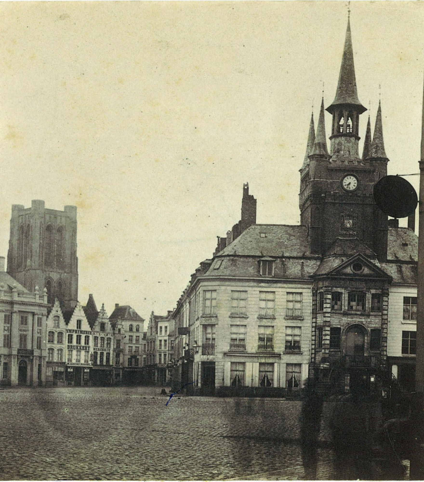 De Grote Markt met Belfort en de Sint-Maartenskerk
