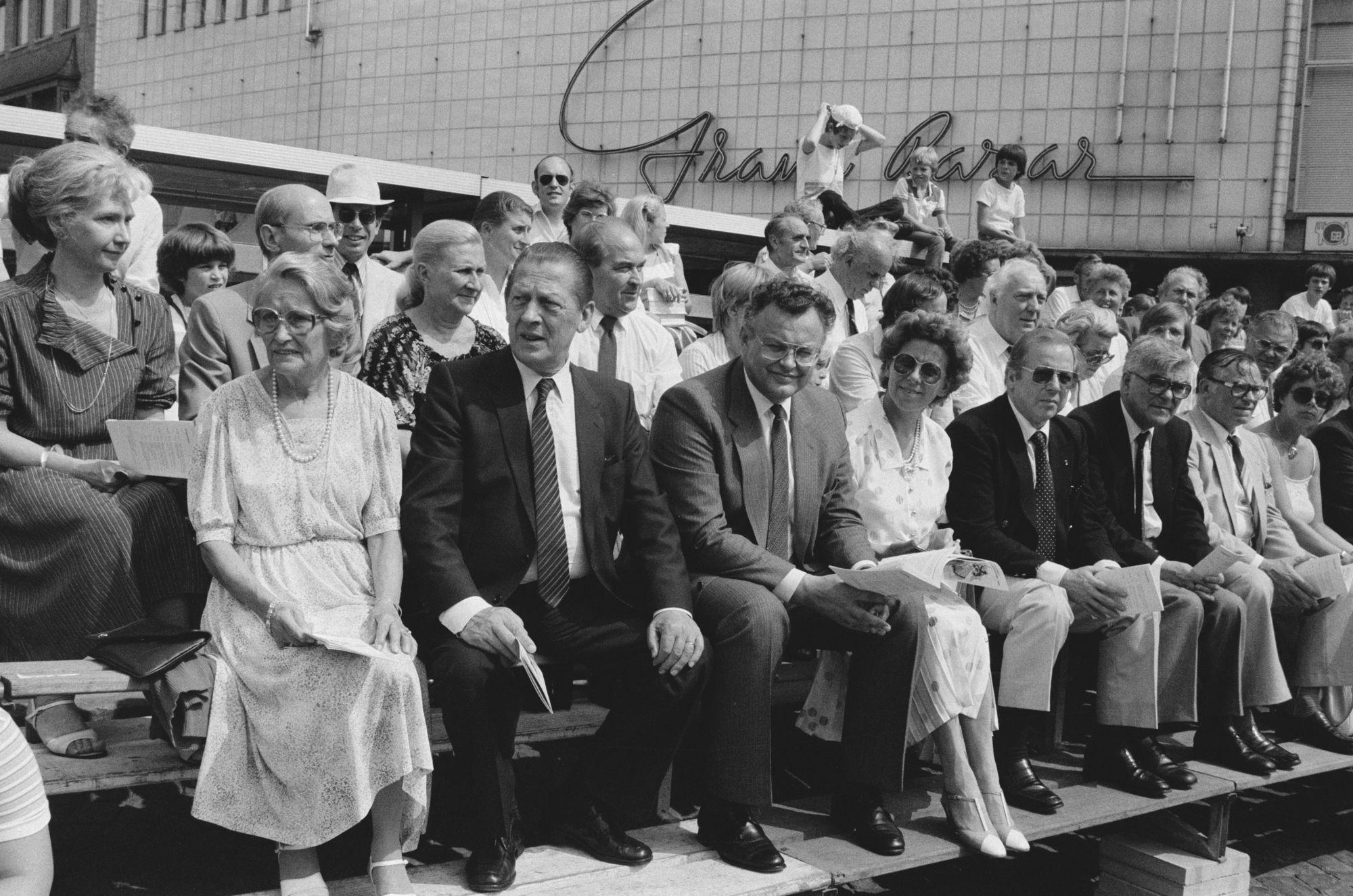 Toeschouwers bij de historische optocht tijdens de 11 juliviering 1982