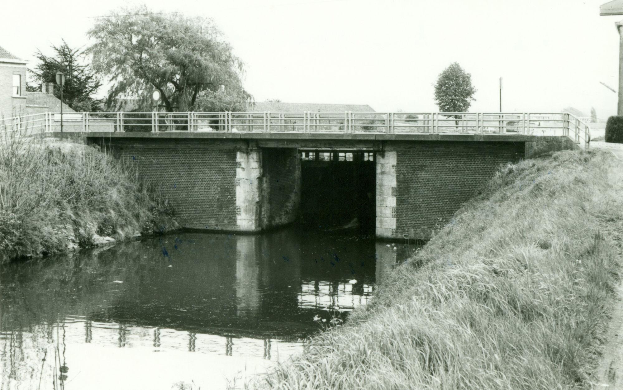 Sluis Nr. 7 en brug op het Kanaal Bossuit-Kortrijk te Zwevegem 1981