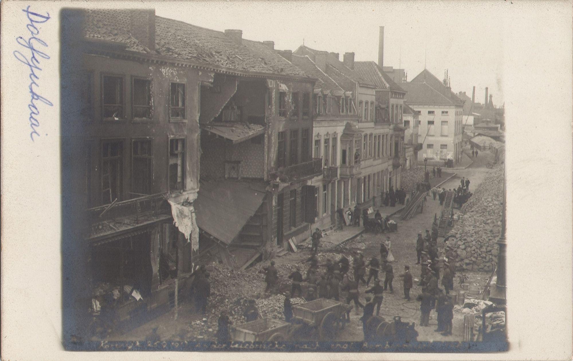 De Dolfijnkaai na een bombardement op 25 september 1917.