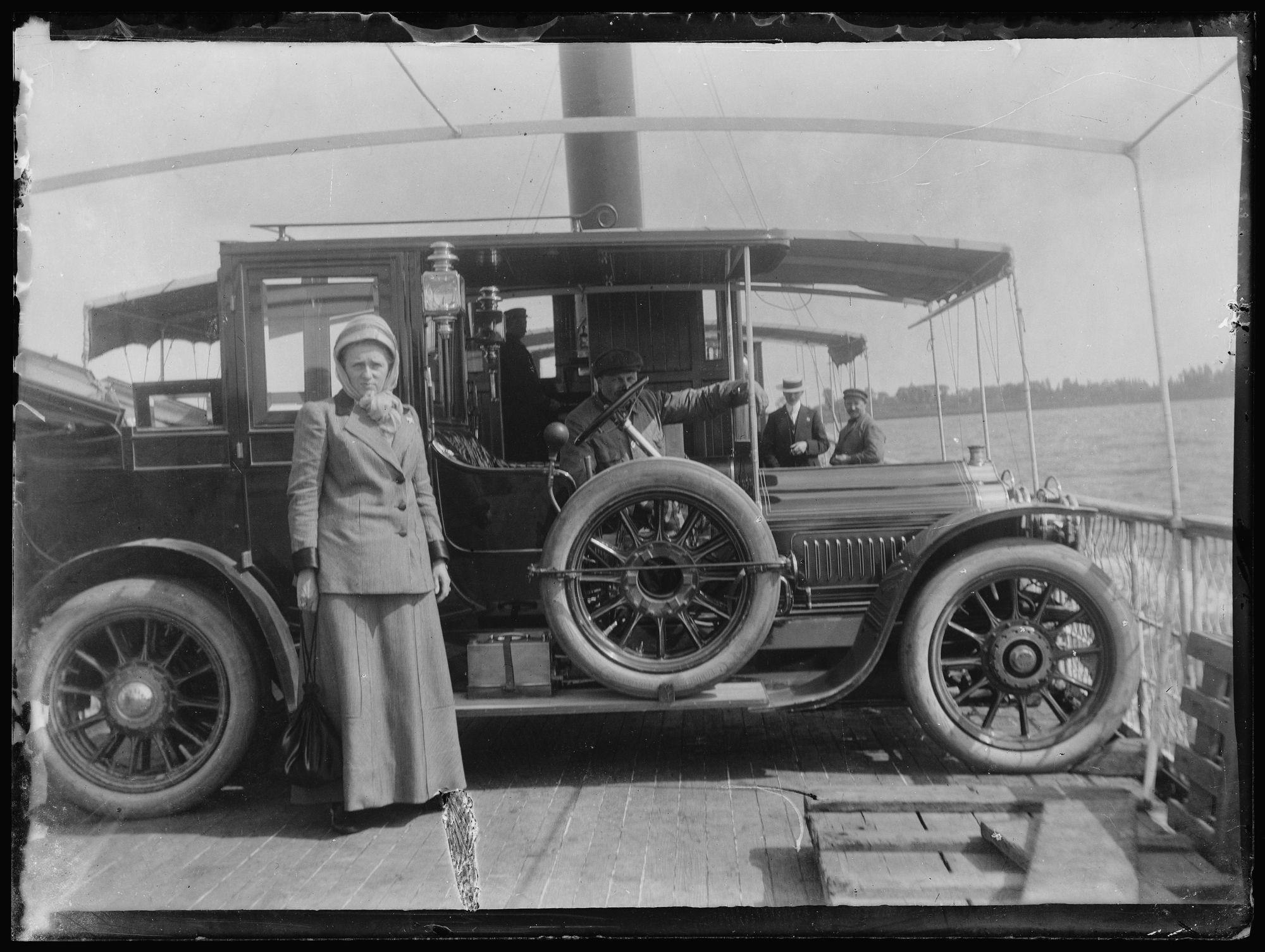 Vrouw bij auto