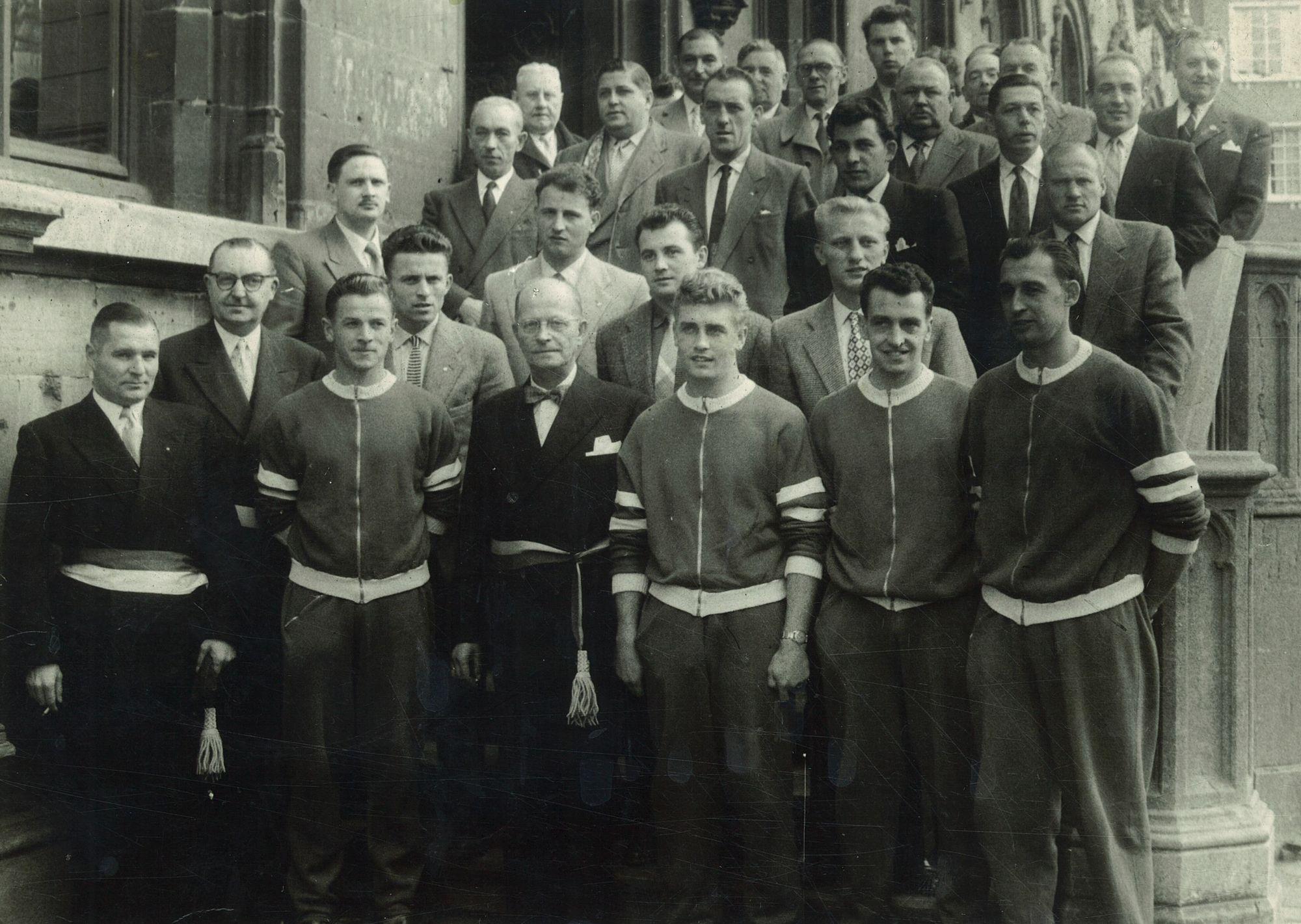Burgemeester Coussens met sporters voor het stadhuis