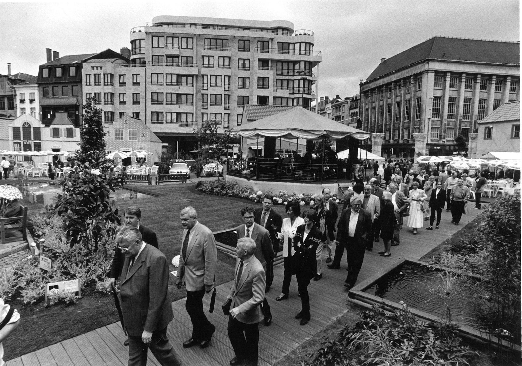 Feestdorp op de Grote Markt tijdens de 11-juli feesten in 1996