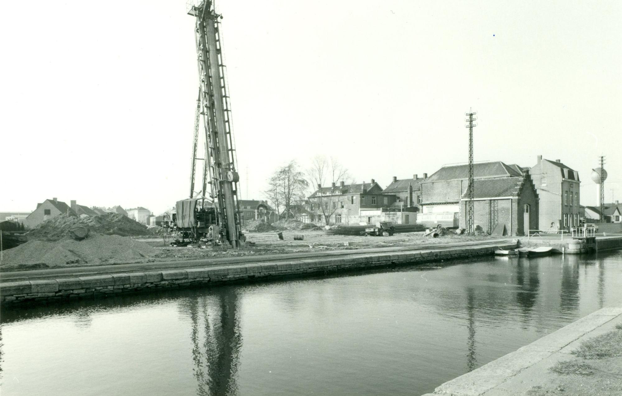 Bouw van de nieuwe brug over het kanaal Bossuit-Kortrijk te Zwevegem 1980