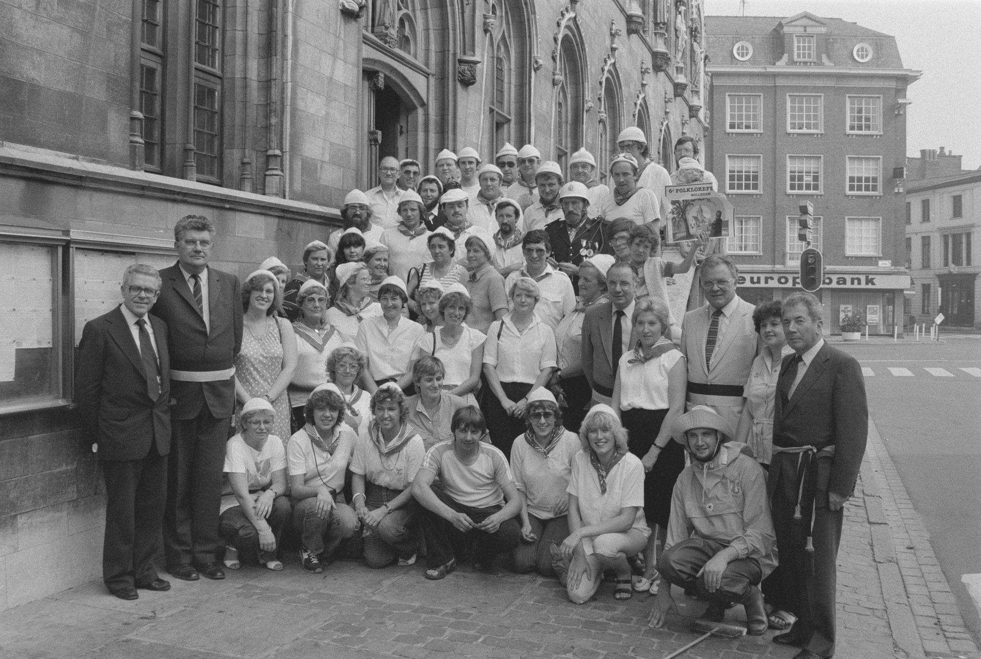Deelnemers aan de folklorefeesten van Rollegem aan het stadhuis