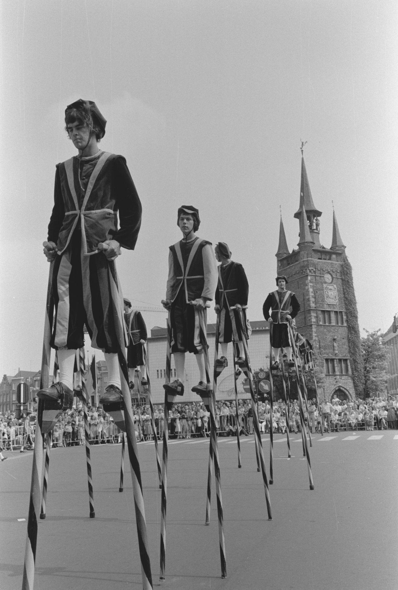 Steltenlopers in de historische stoet tijdens de 11 juliviering 1982