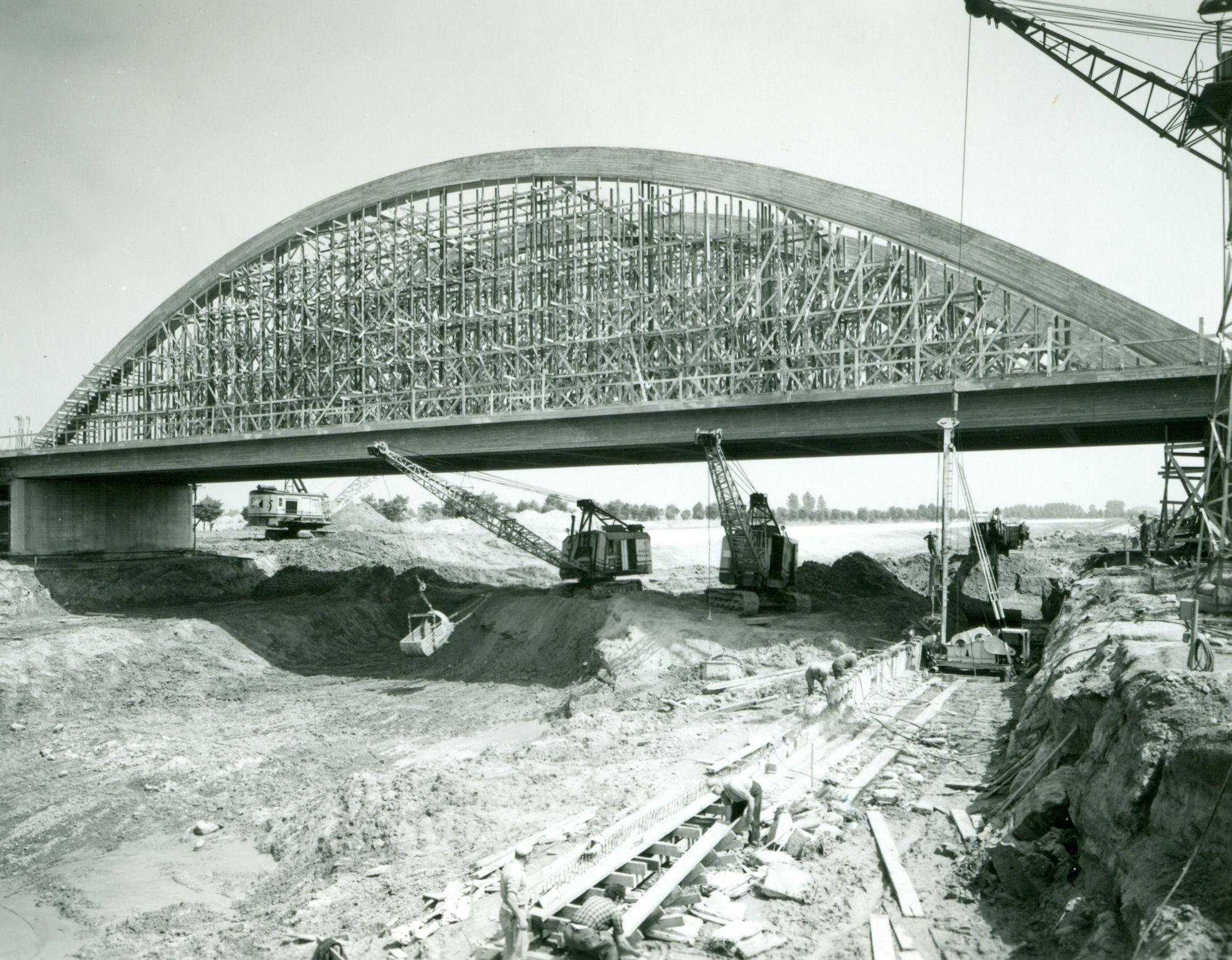 Bouw brug over het kanaal Bossuit-Kortrijk aan de Beneluxlaan in Harelbeke 1971